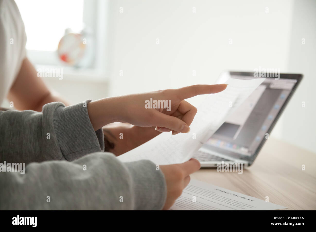 Femmina di puntamento a mano sul documento prestando attenzione a importanti t Immagini Stock
