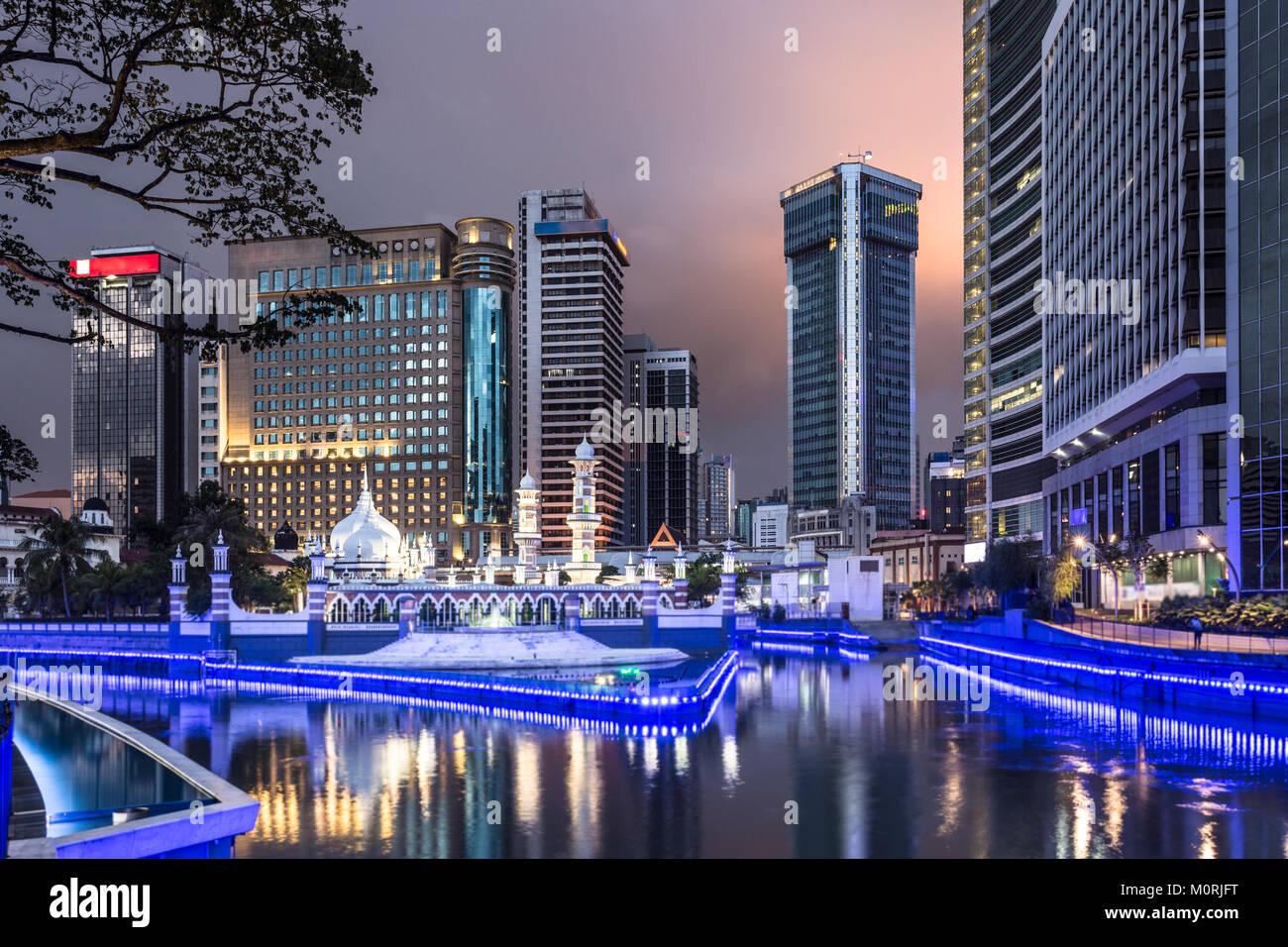 Edifici per uffici riflettono nell'acqua del fiume Klang davanti alla moschea di Jamek (masjid) nel cuore di Immagini Stock