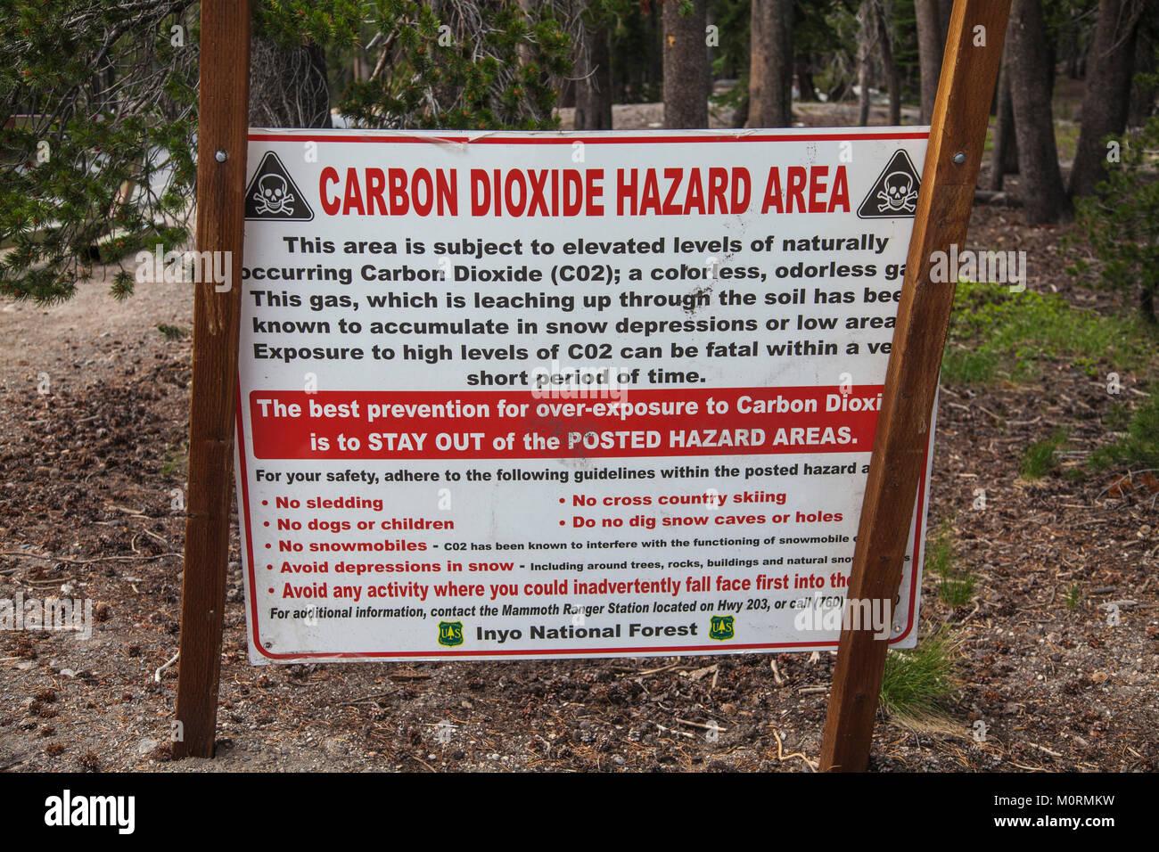 Il biossido di carbonio Area di Pericolo cartello segnaletico. Gli alberi morti intorno al lago a ferro di cavallo. Immagini Stock