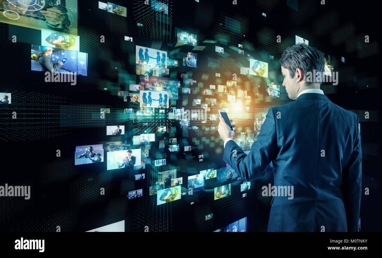 Giovane uomo d affari guardando molte foto con smart phone. Immagini Stock
