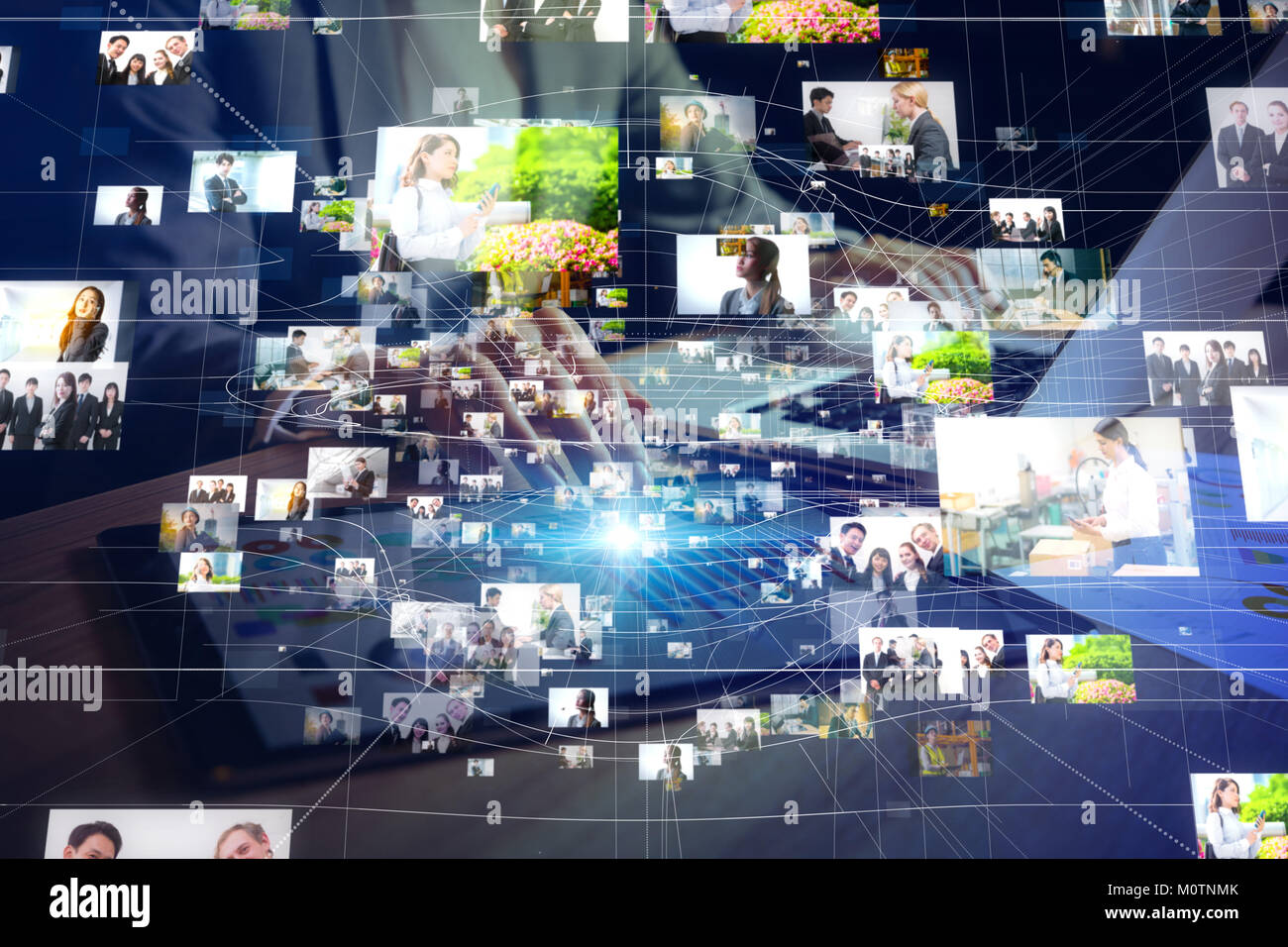Giovane donna guardando molte foto con il PC portatile. Immagini Stock