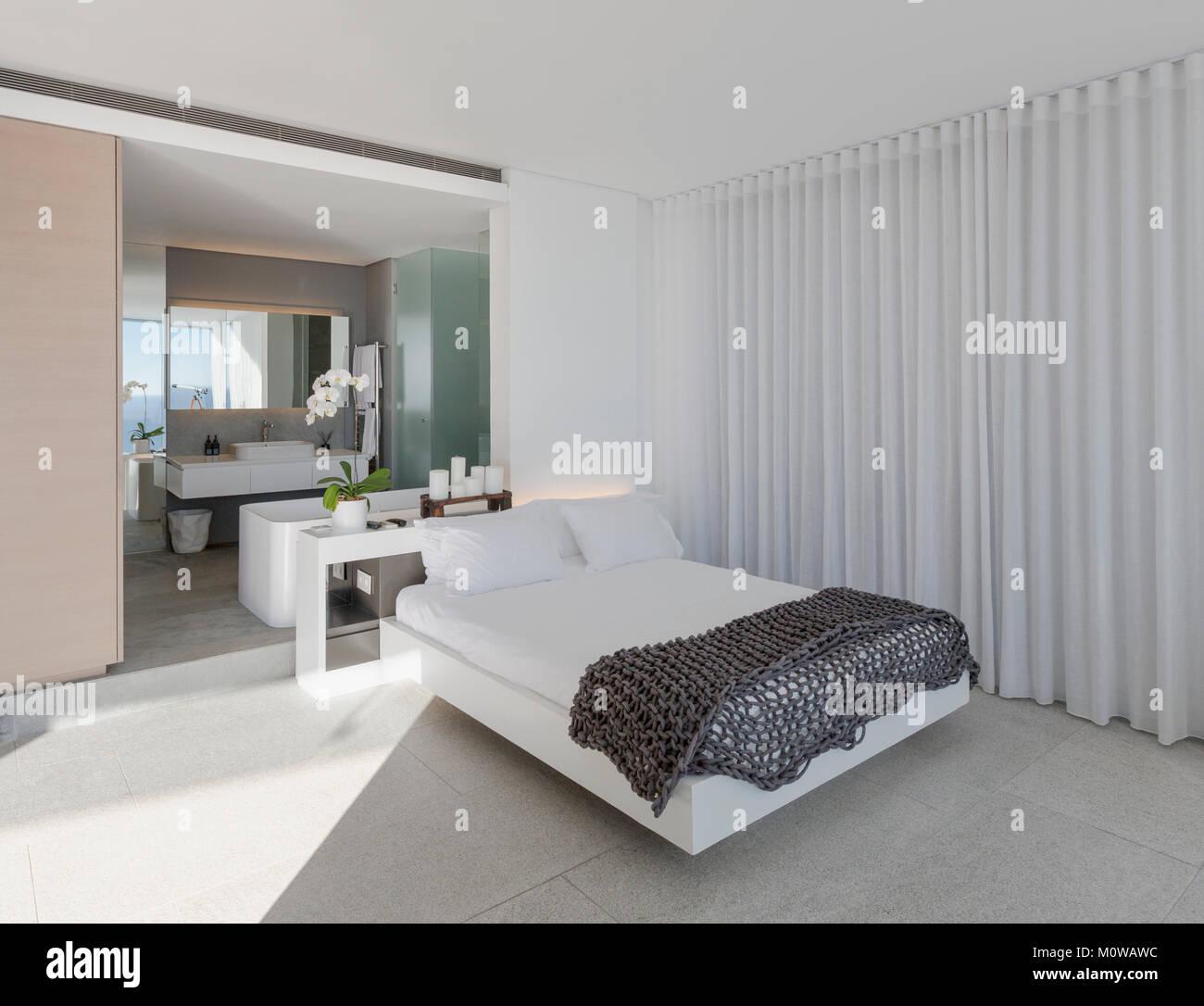 Letto in moderno e lussuoso home vetrina interno camera da ...