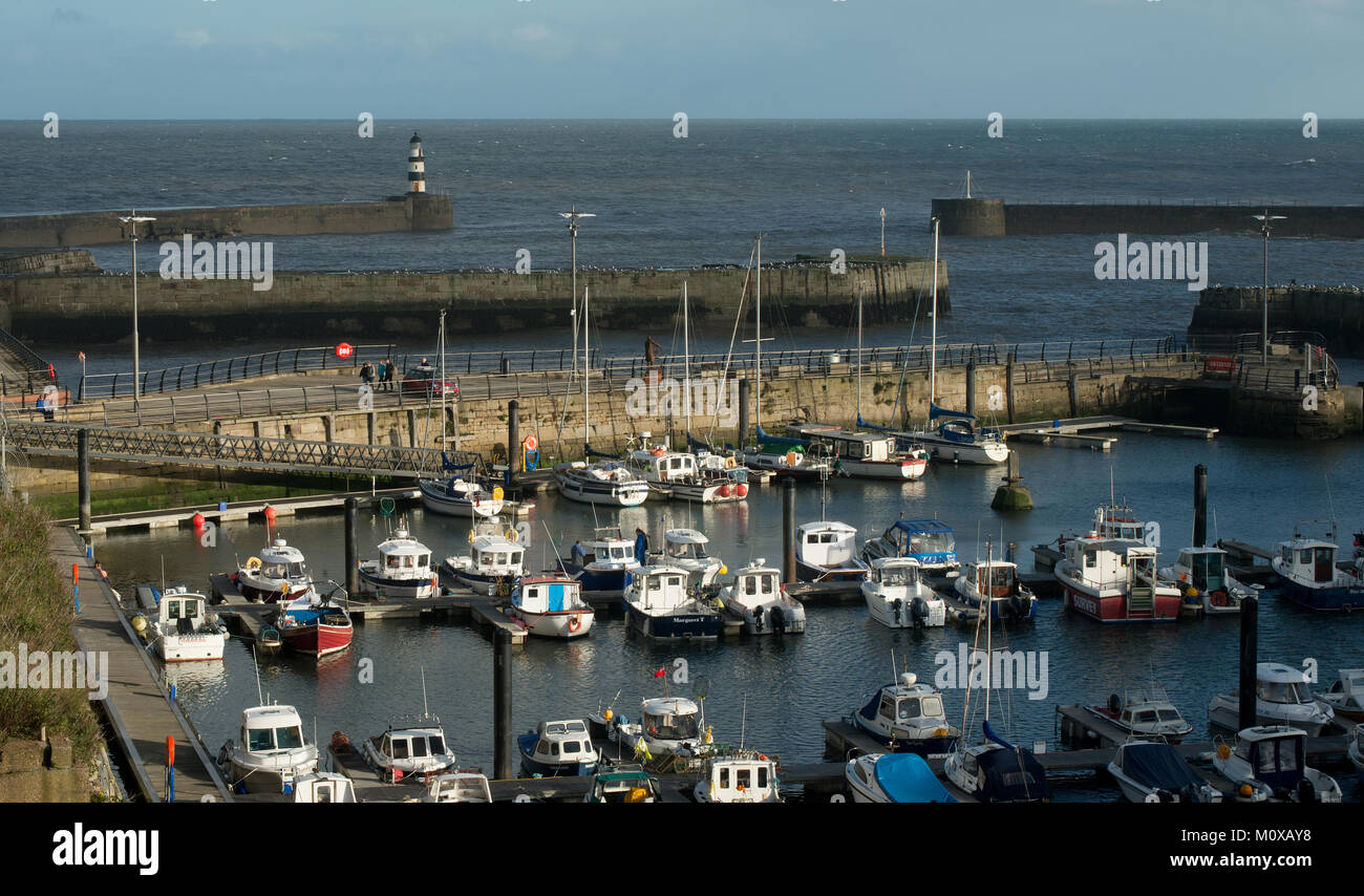 Il porto turistico di Seaham Harbor nella contea di Durham che mostra l'ingresso del porto e del porto turistico e le piccole barche e yacht nel porto turistico Foto Stock
