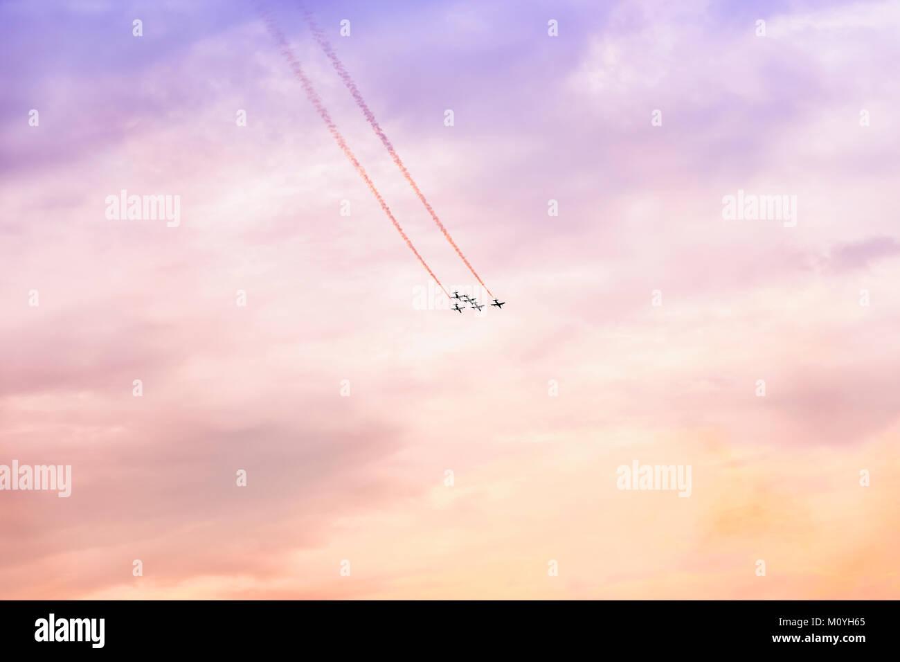 Gruppo di aeromobili battenti al tramonto. Prestazioni esaltanti. Prestazioni aria, air show, aeromobili battenti Immagini Stock