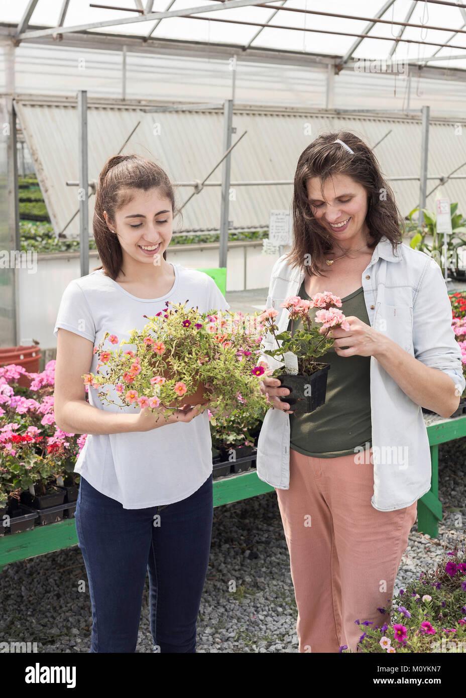 Caucasian madre e figlia shopping per fiori Foto Stock
