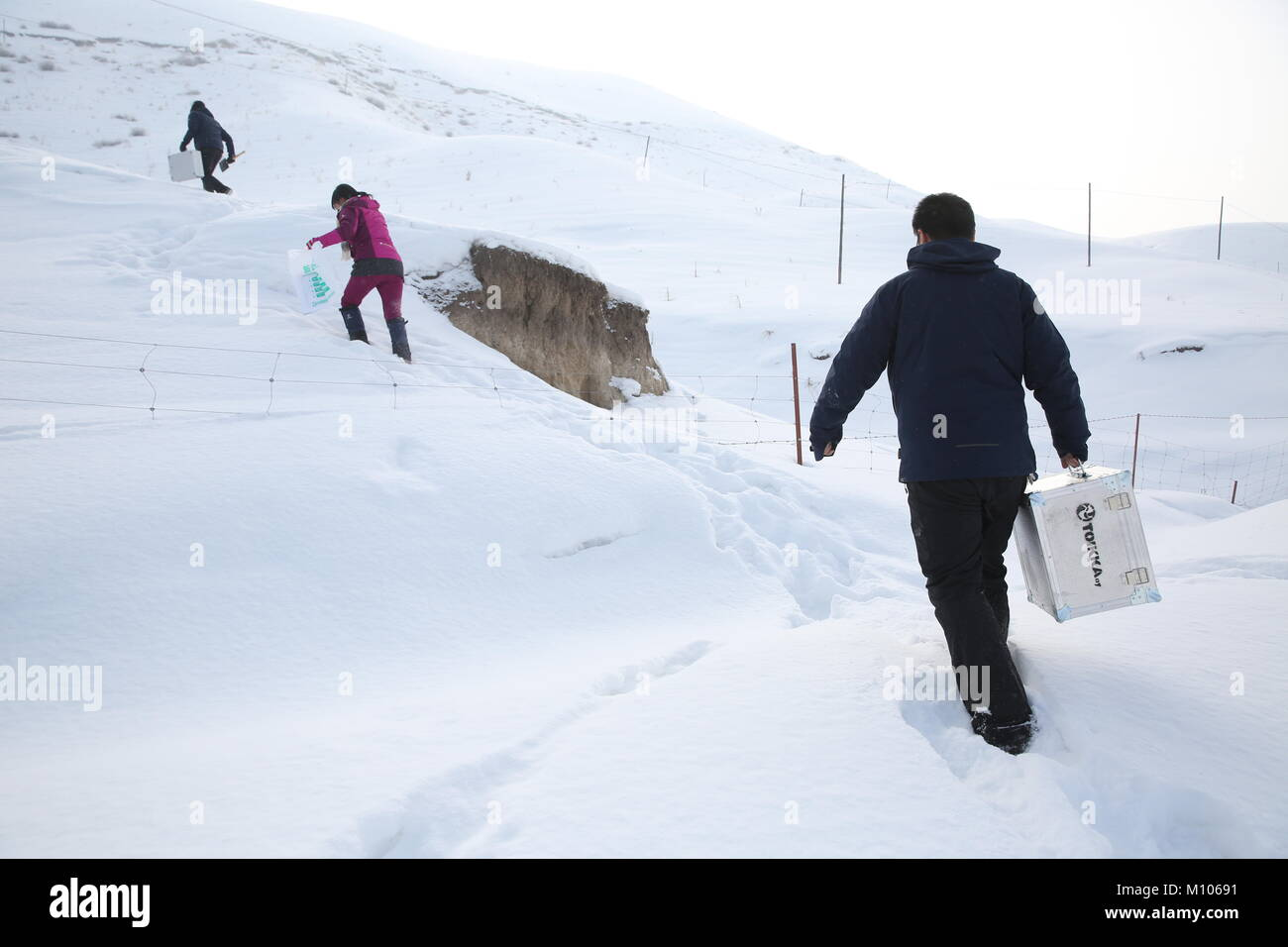 Shihezi. 24 gen 2018. Gli scienziati di condurre una ricerca sul campo sul manto di neve nella sezione centrale Immagini Stock