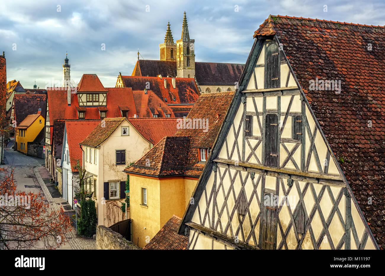 Tradizionale stile gotico semi-case con travi di legno con tetti di ...
