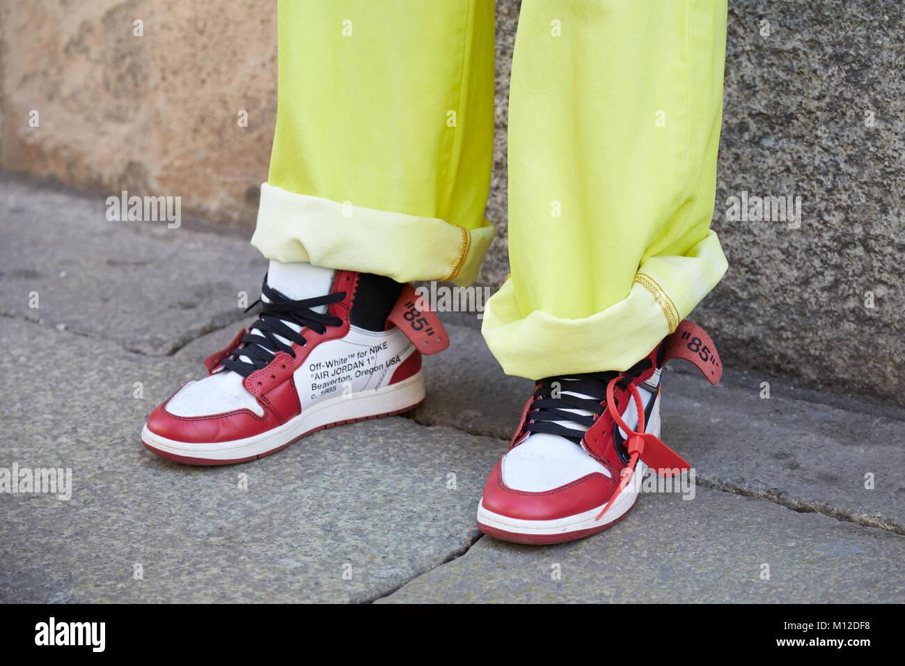 c8e2745f45 Milano - 14 gennaio: l uomo con il bianco e il rosso Nike Air Jordan  sneakers e jeans giallo prima di MSGM fashion show, la Settimana della Moda  Milanese ...