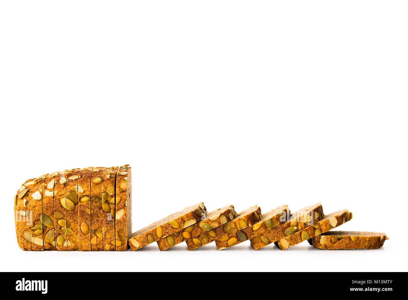 Il granaio di integrale pane a fette parzialmente isolato su sfondo bianco, vista frontale, primo piano Immagini Stock