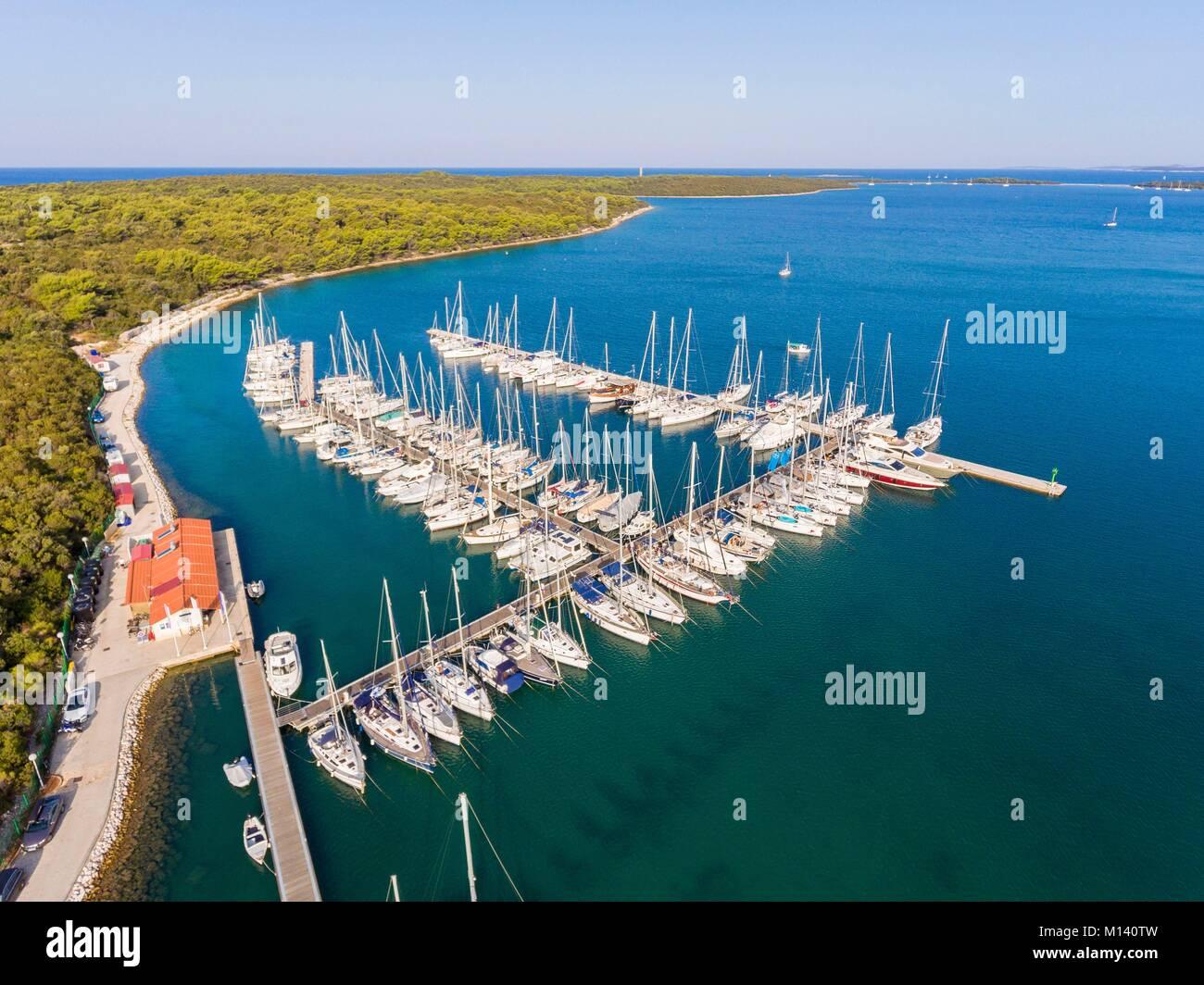 Croazia, Dalmazia Settentrionale, costa dalmata, arcipelago di Zadar, Dugi Otok, Veli Rat marina (vista aerea) Foto Stock