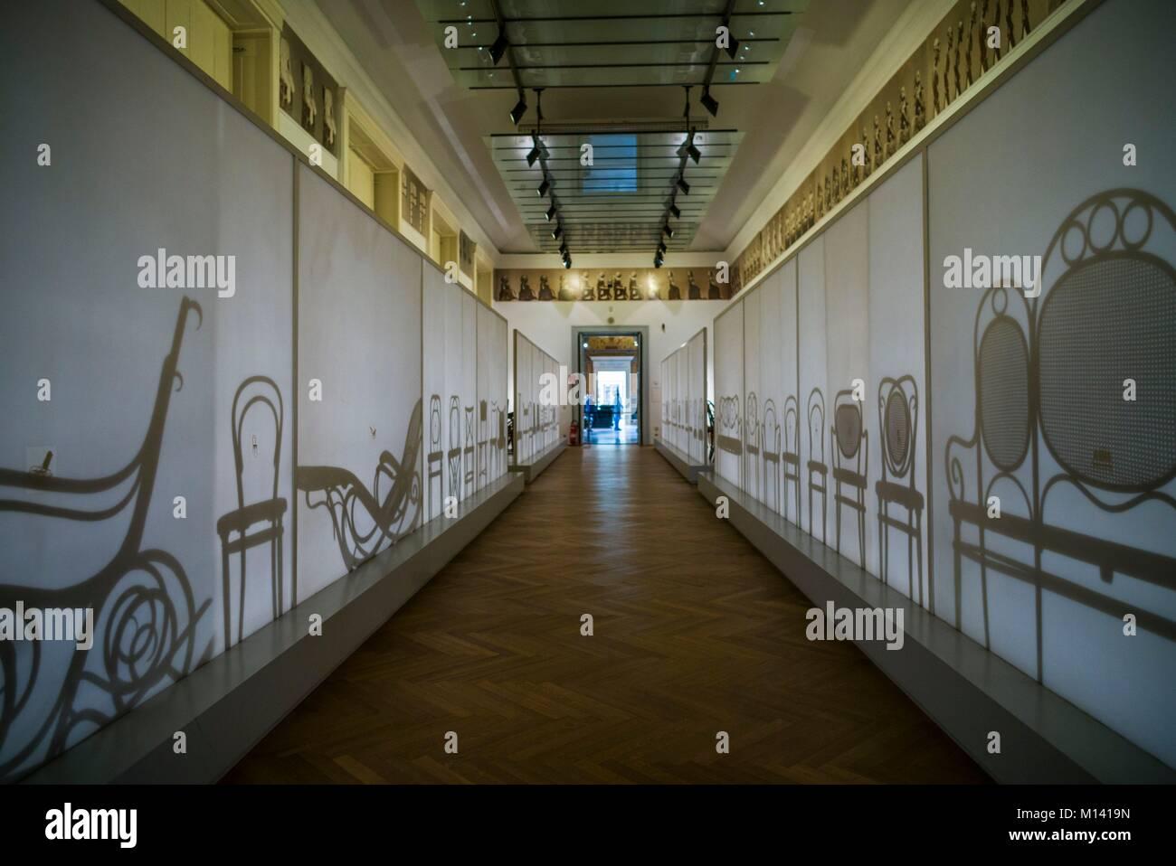 Austria, Vienna, il Museo delle Arti Applicate, MAK, ombre del centro storico di arredi di design Immagini Stock