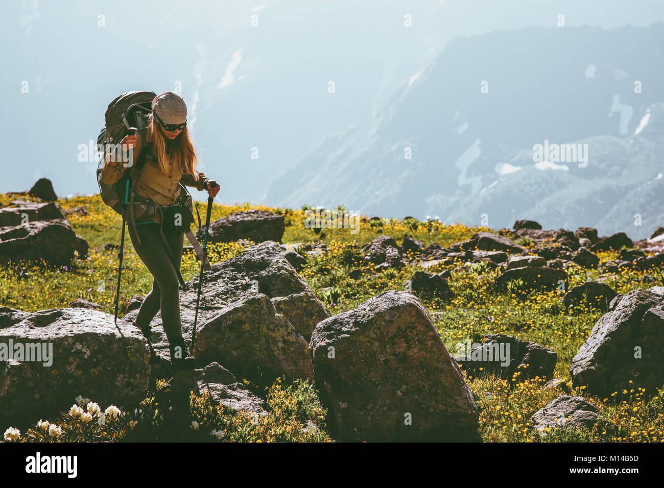 Vacanze attive in montagna donna escursionismo con zaino Viaggi avventura Lifestyle concept outdoor sport alpinismo Immagini Stock