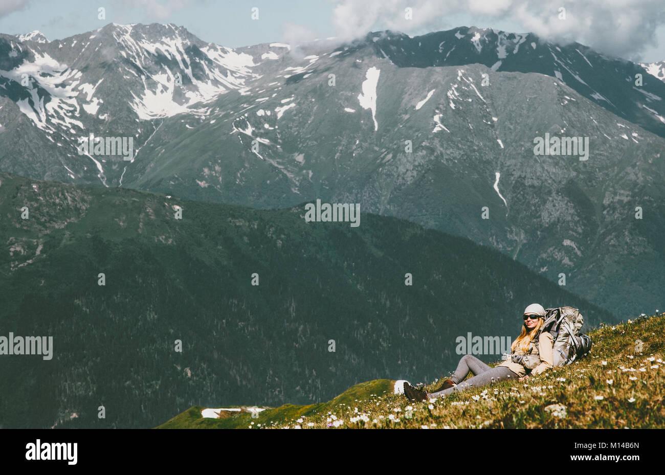 Donna relax in montagna che stabilisce con zaino wanderlust Viaggi avventura su uno stile di vita sano concetto Immagini Stock