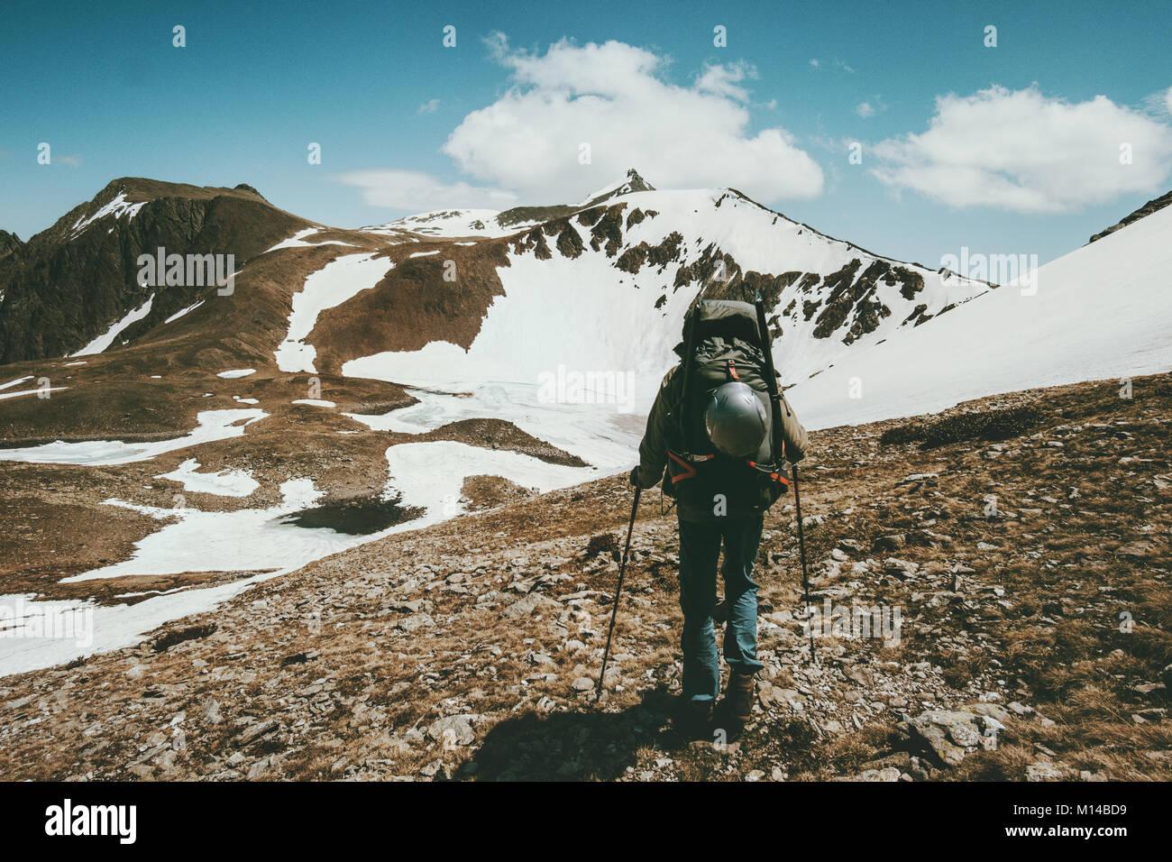 L'uomo escursionismo con grande viaggio zaino Lifestyle concetto di sopravvivenza avventura esterna vacanze Immagini Stock