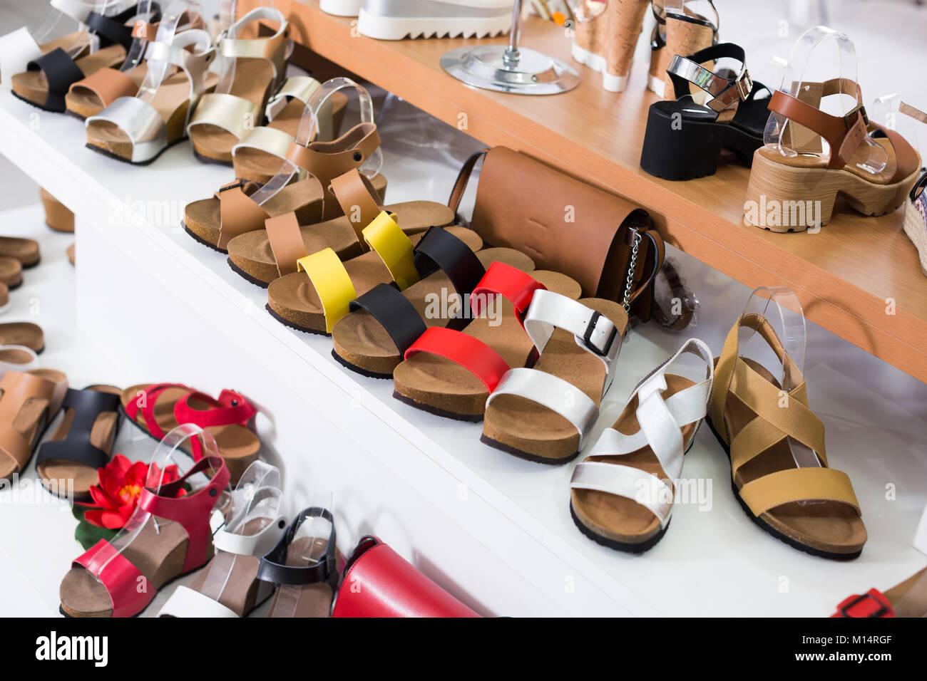 buy online bf785 08a4f Immagine della vetrina con scarpe estive nel negozio ...