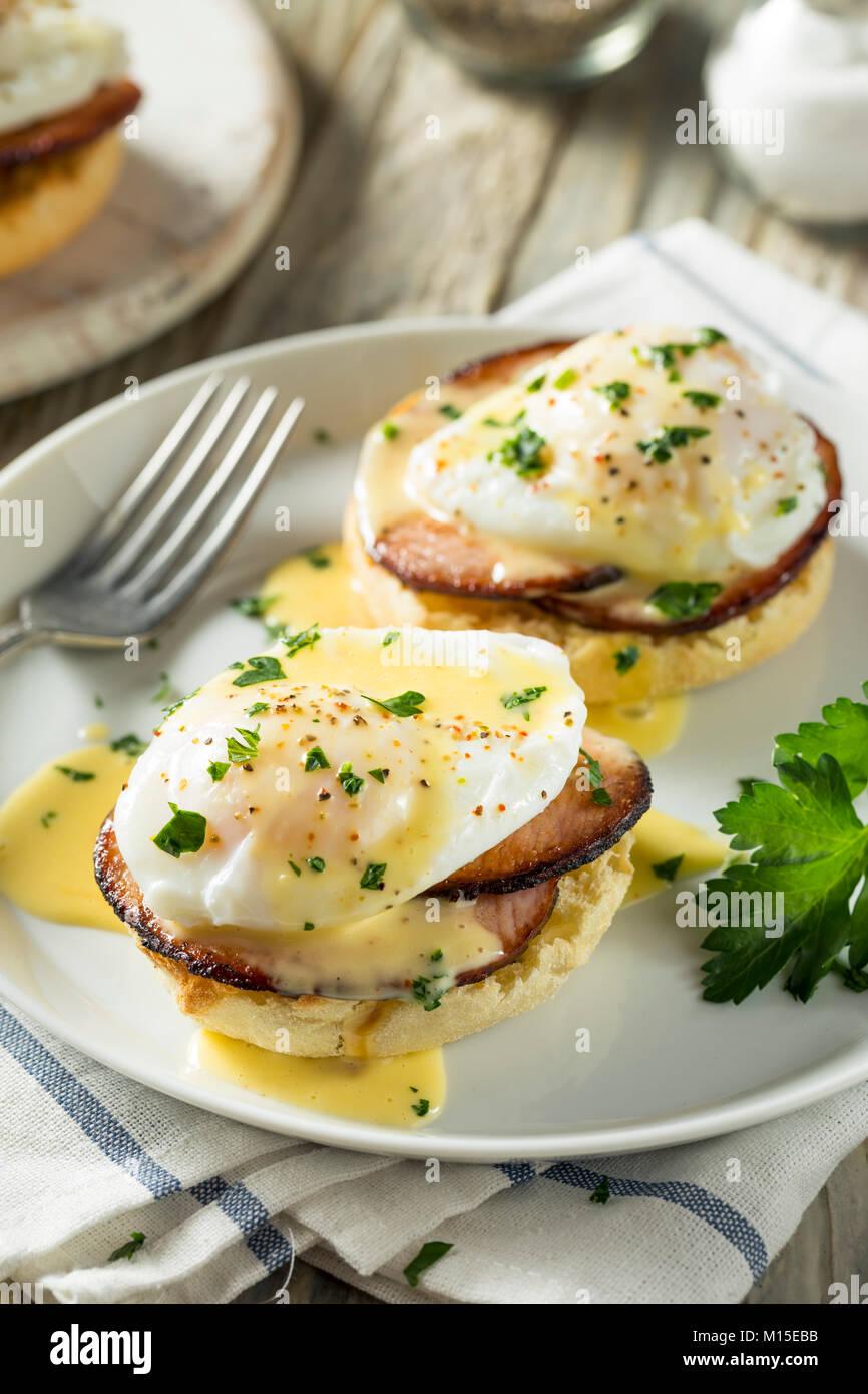 In casa di Benedetto le uova con pancetta e salsa olandese Immagini Stock