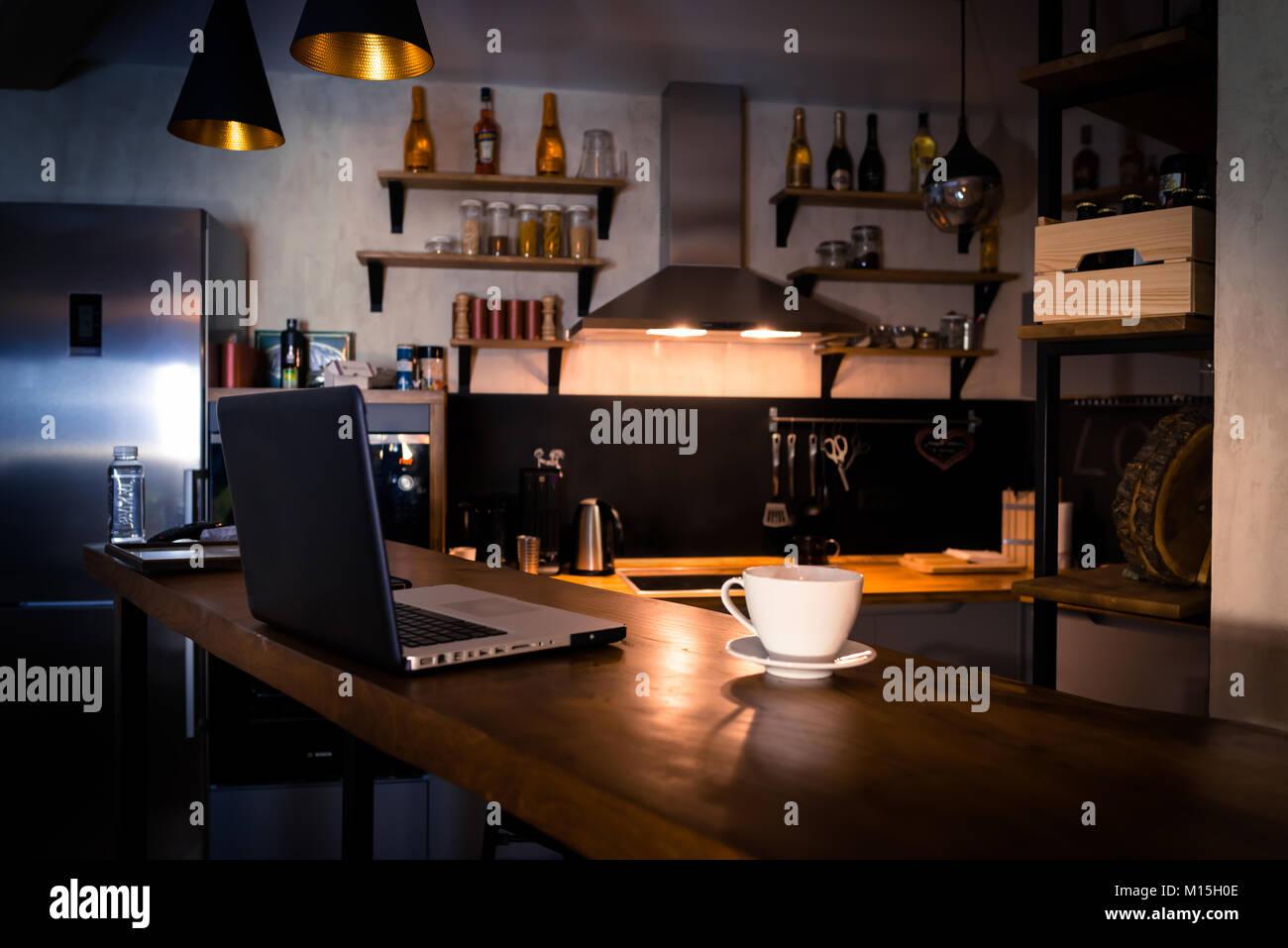 Cucina con bancone bar. Atmosfera di casa, lavoro di sera ...
