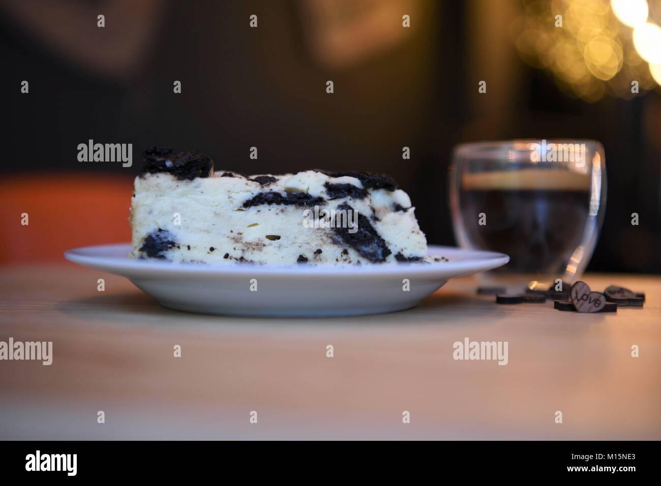 Cibi fatti in casa di biscotti al cioccolato cheesecake con amore in legno cuore decorazioni e illuminazione con Immagini Stock