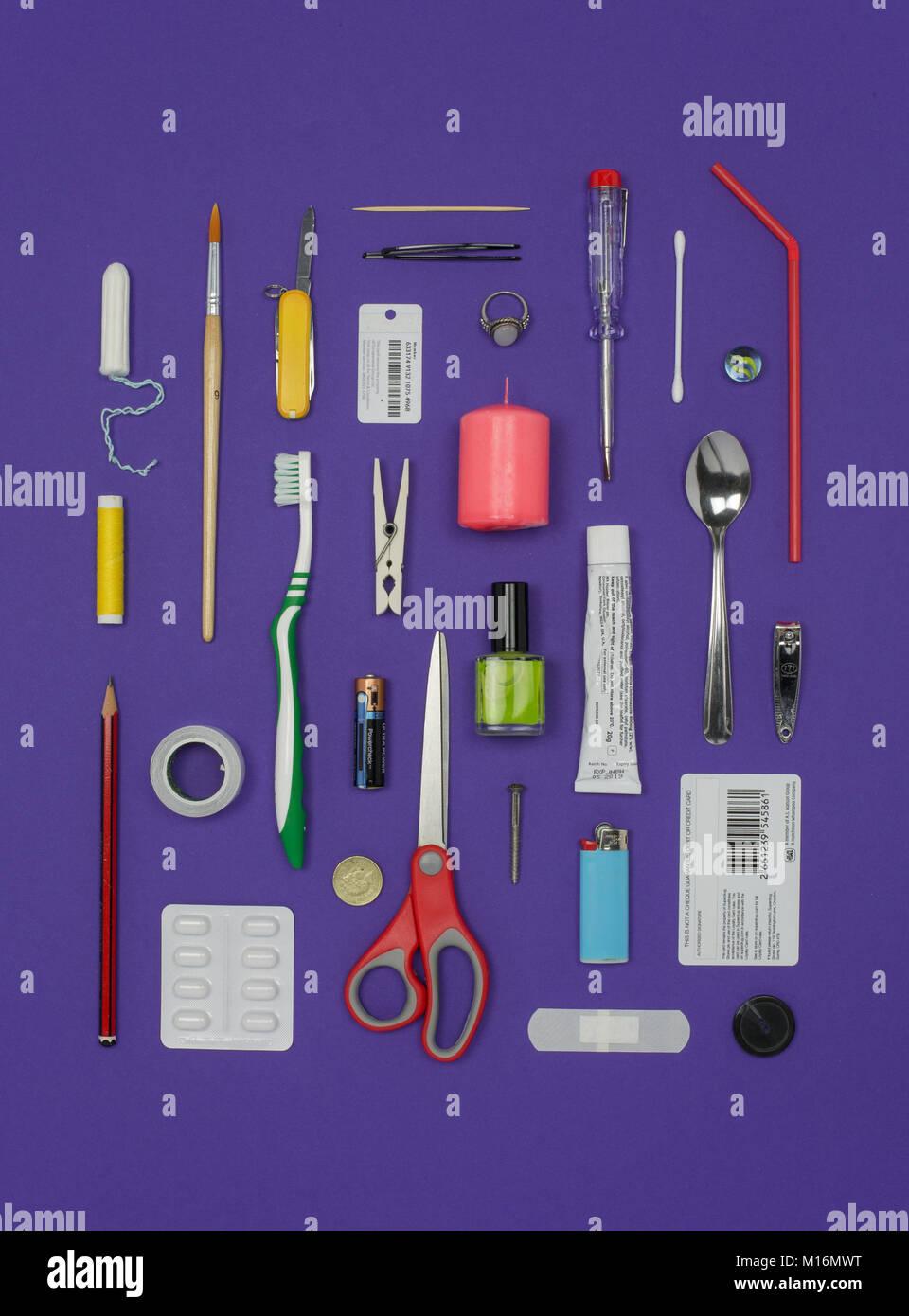 Disposizione di oggetti di uso quotidiano Immagini Stock