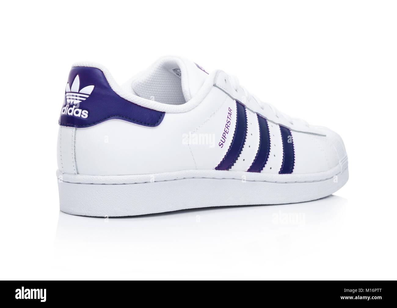 new arrival bf8d8 697db LONDON, Regno Unito - 24 gennaio 2018  Adidas Originals Superstar scarpe blu  su sfondo bianco.tedesco società multinazionale che progetta e fabbricazione