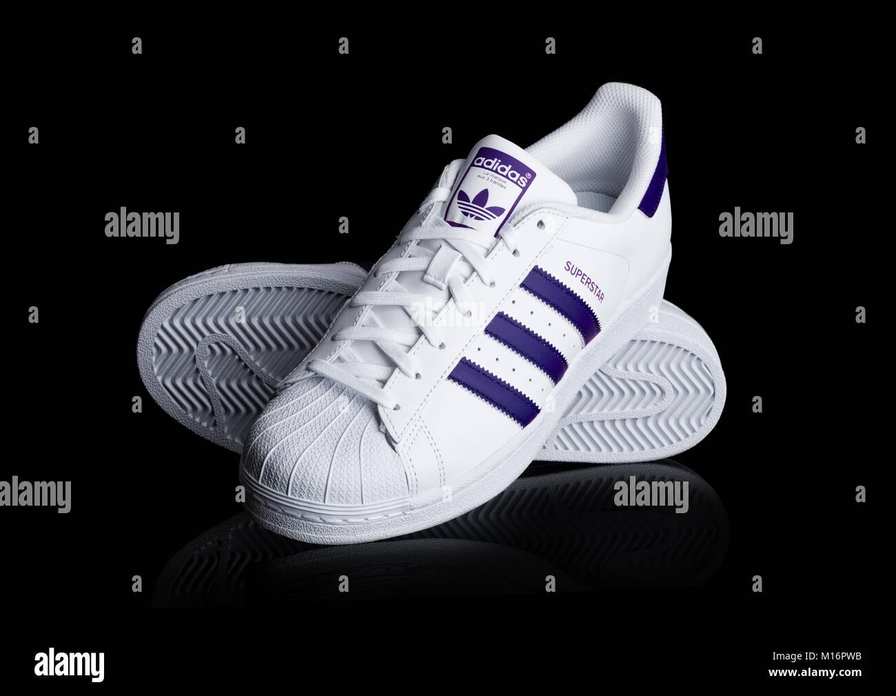 Black Adidas Sneakers Immagini   Black Adidas Sneakers Fotos Stock ... 1e4e24b4a96