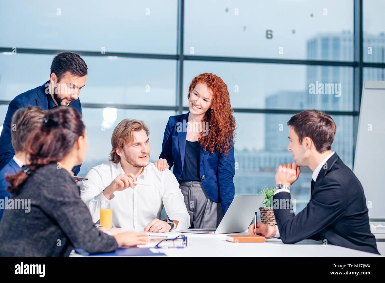 Uomo d'affari rendendo la presentazione in ufficio Immagini Stock