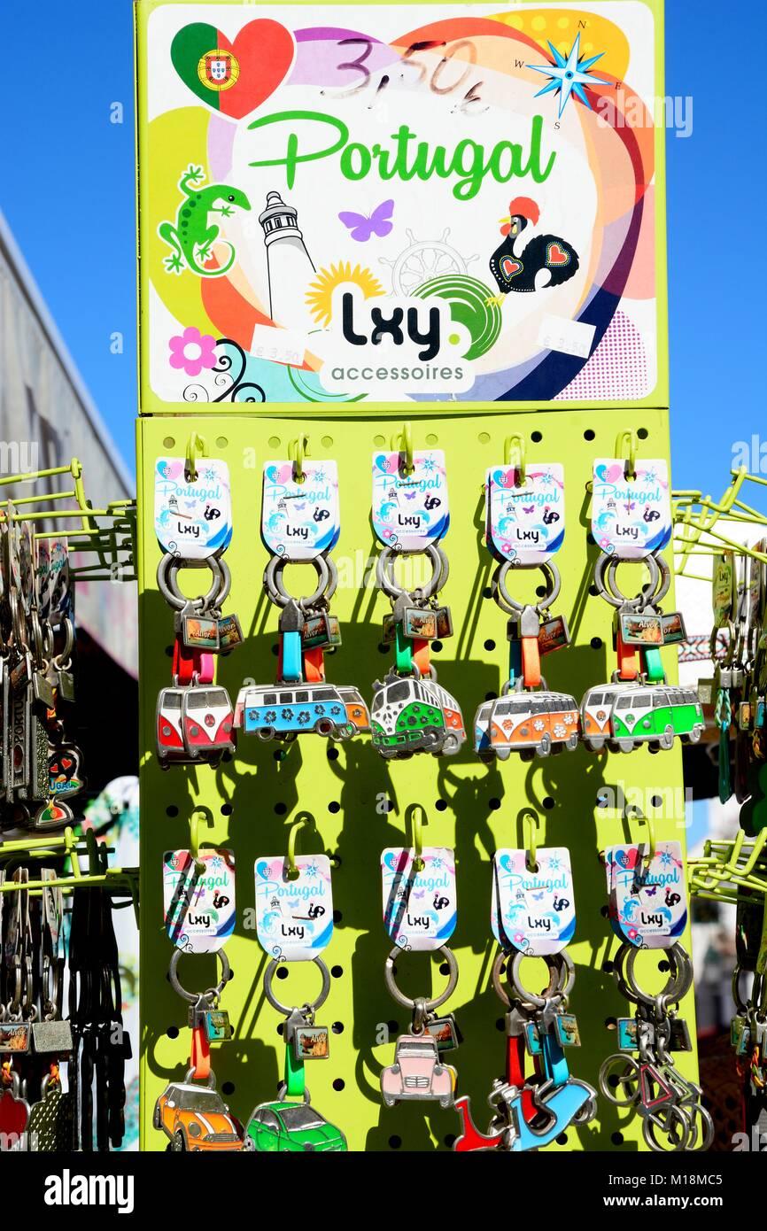 Rack di visualizzazione di auto anelli chiave al di fuori di un negozio del villaggio, Alvor, Algarve, Portogallo, Immagini Stock