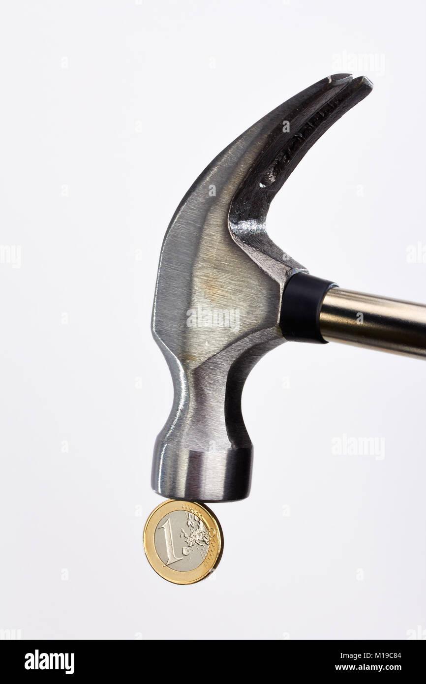 Colpo di Martello a Euro sfondo bianco Immagini Stock