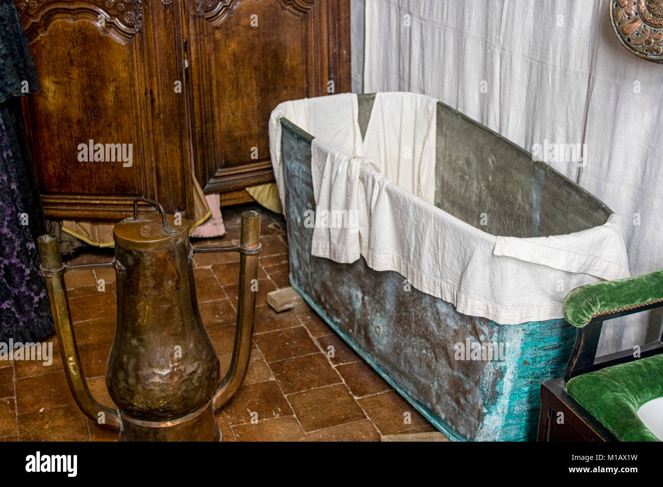 Vasca Da Bagno Metallo : Bagno dal xvii secolo in francia con una vasca da bagno in metallo