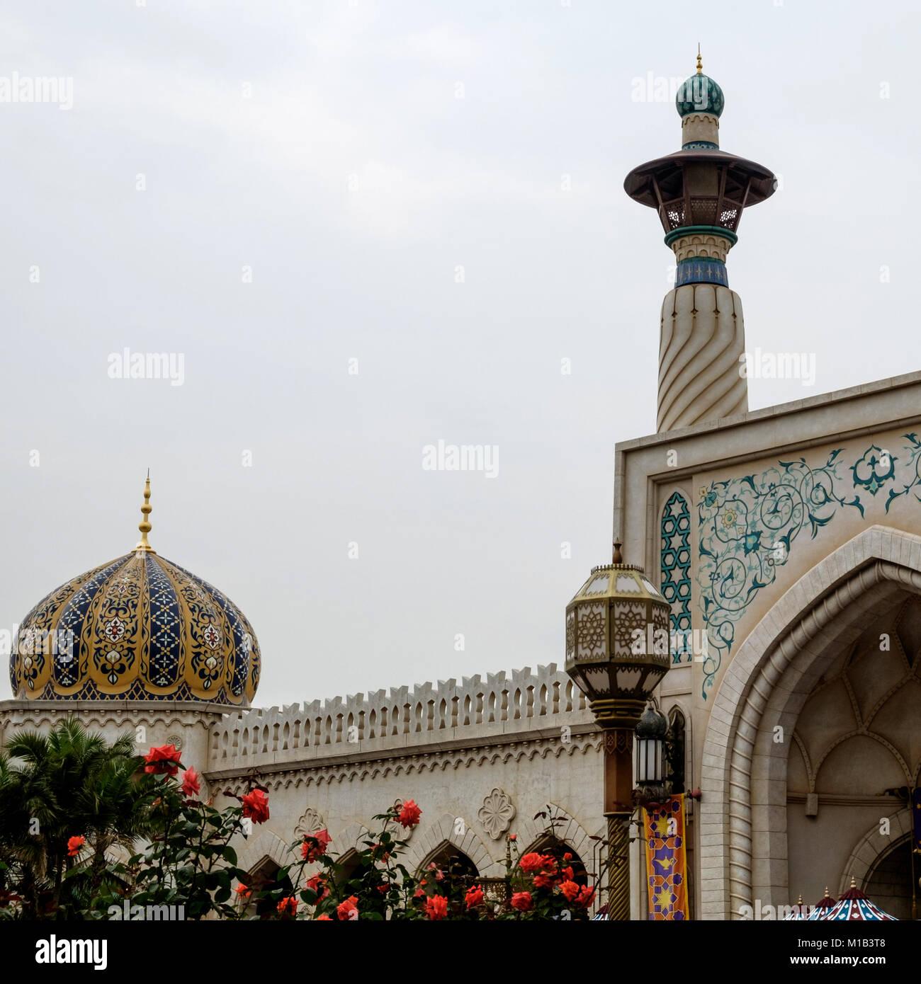 Architettura islamica con un Arabo portale ad arco, torre di preghiera, via la luce e la cupola con design Arabo. Immagini Stock