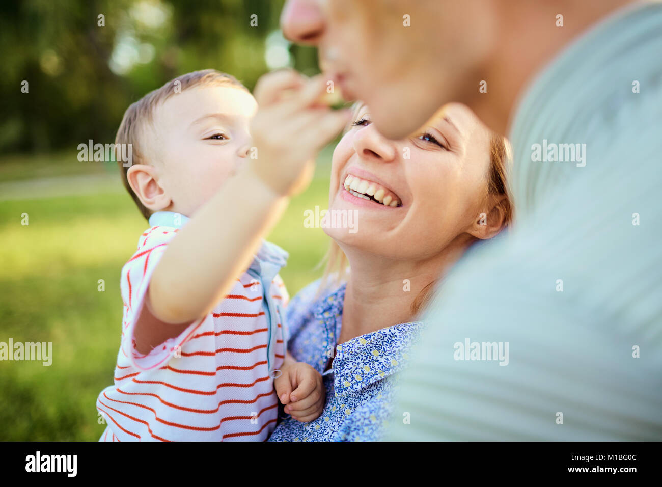 La famiglia felice in natura. Immagini Stock