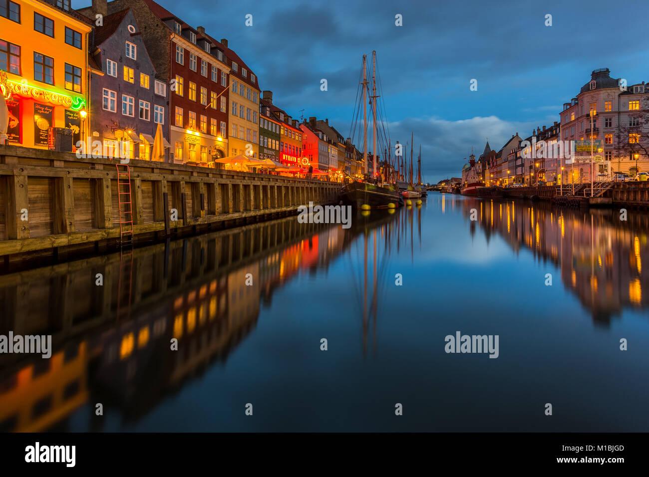 COPENHAGEN, Danimarca - 28 febbraio 2017: Nyhavn di notte. Un monastero del XVII secolo waterfront, canal e dal Immagini Stock