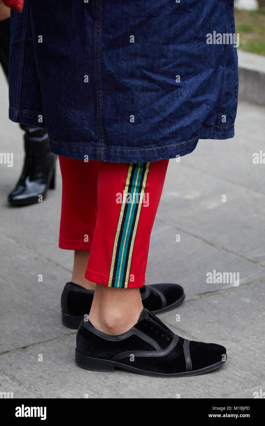 3574261429 Milano - 15 gennaio: Uomo di velluto nero scarpe e pantaloni rossi e ...