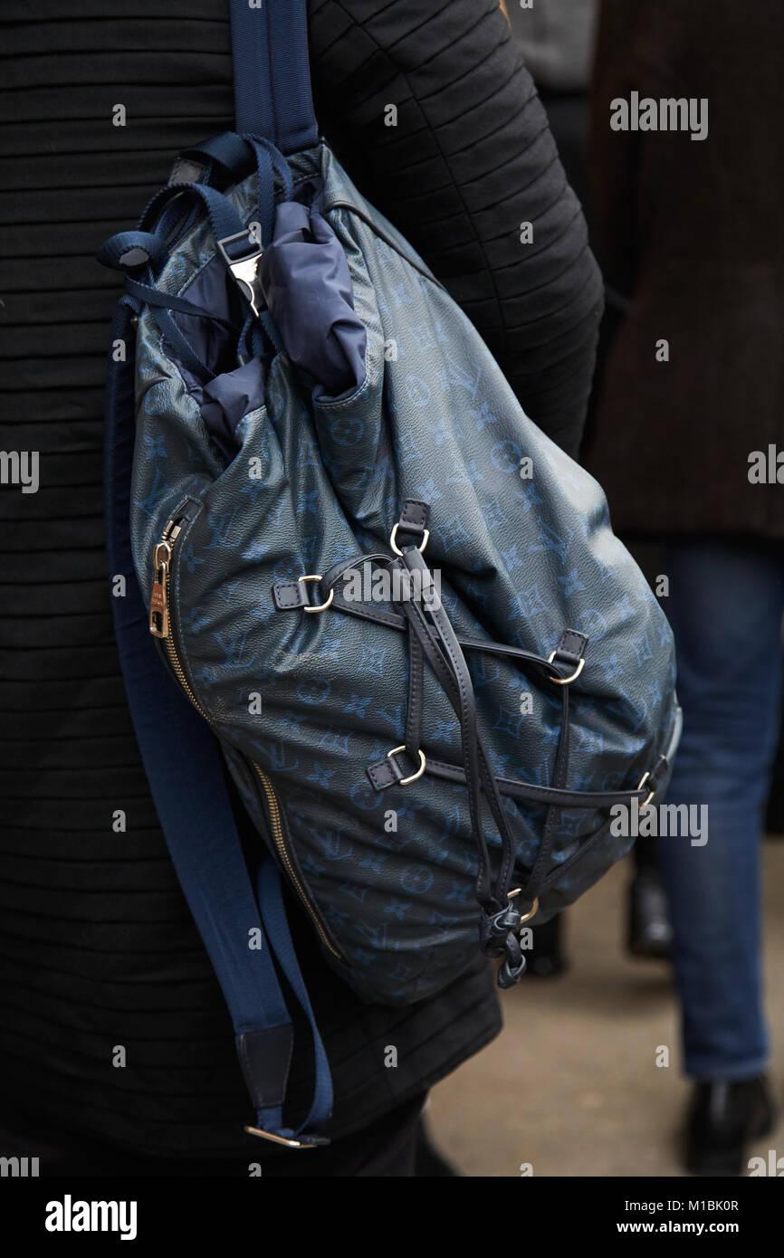 43d5333c43 Milano - 15 gennaio: Uomo con blu e nero Louis Vuitton zaino prima di Fendi