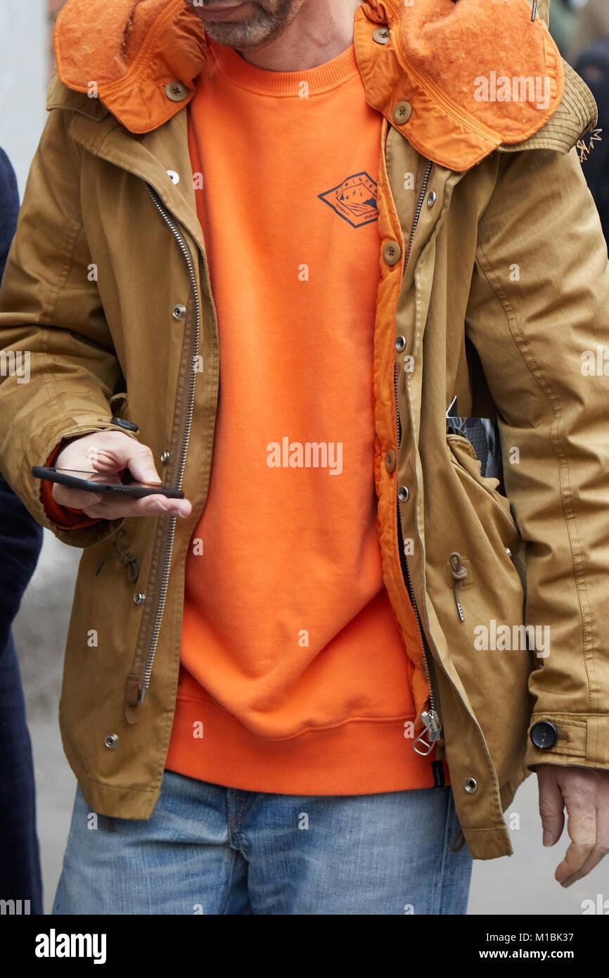 comprare popolare 2bec2 30f61 Milano - 15 gennaio: l uomo con il maglione arancione e ...