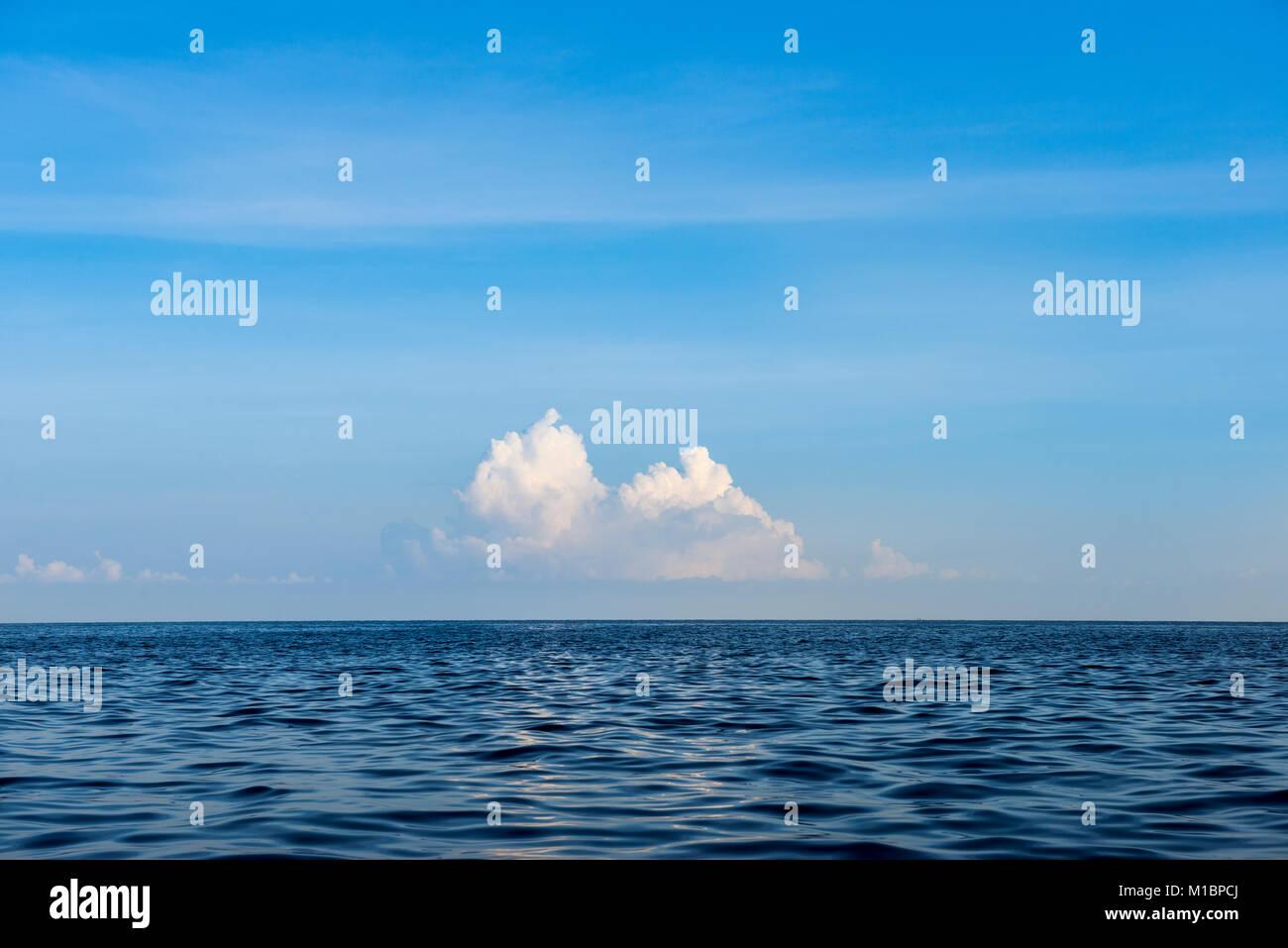 Vista sul mare blu, nuvole all'orizzonte, Lovina Beach, Bali, Indonesia Immagini Stock