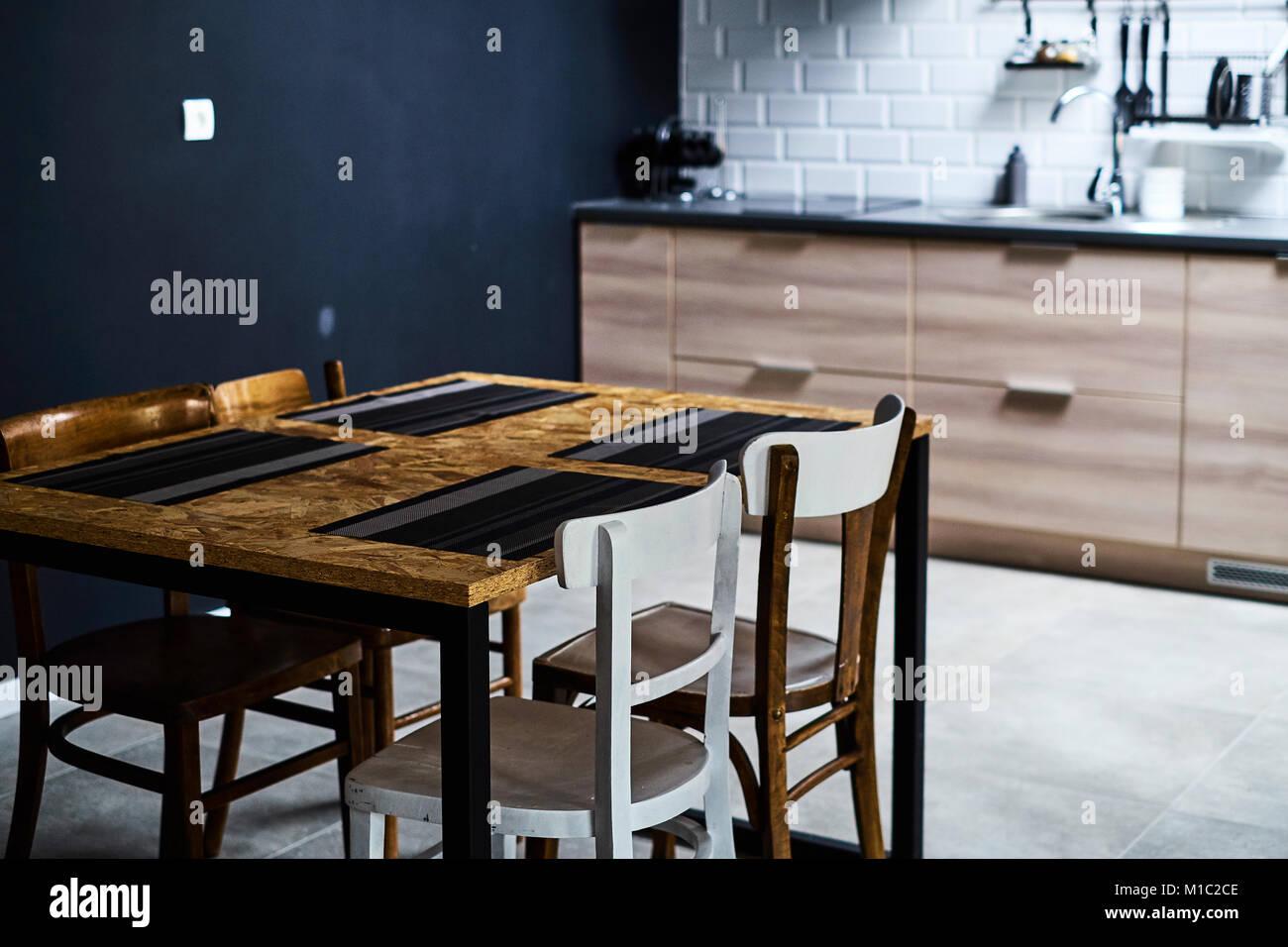 Cucina in stile loft con cemento e muri di mattoni e piastrelle