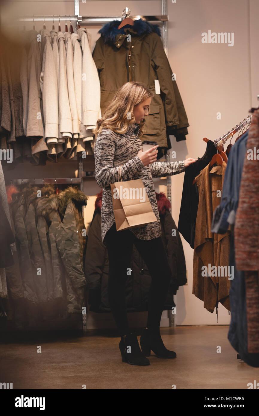 Bella donna di shopping per i vestiti Immagini Stock
