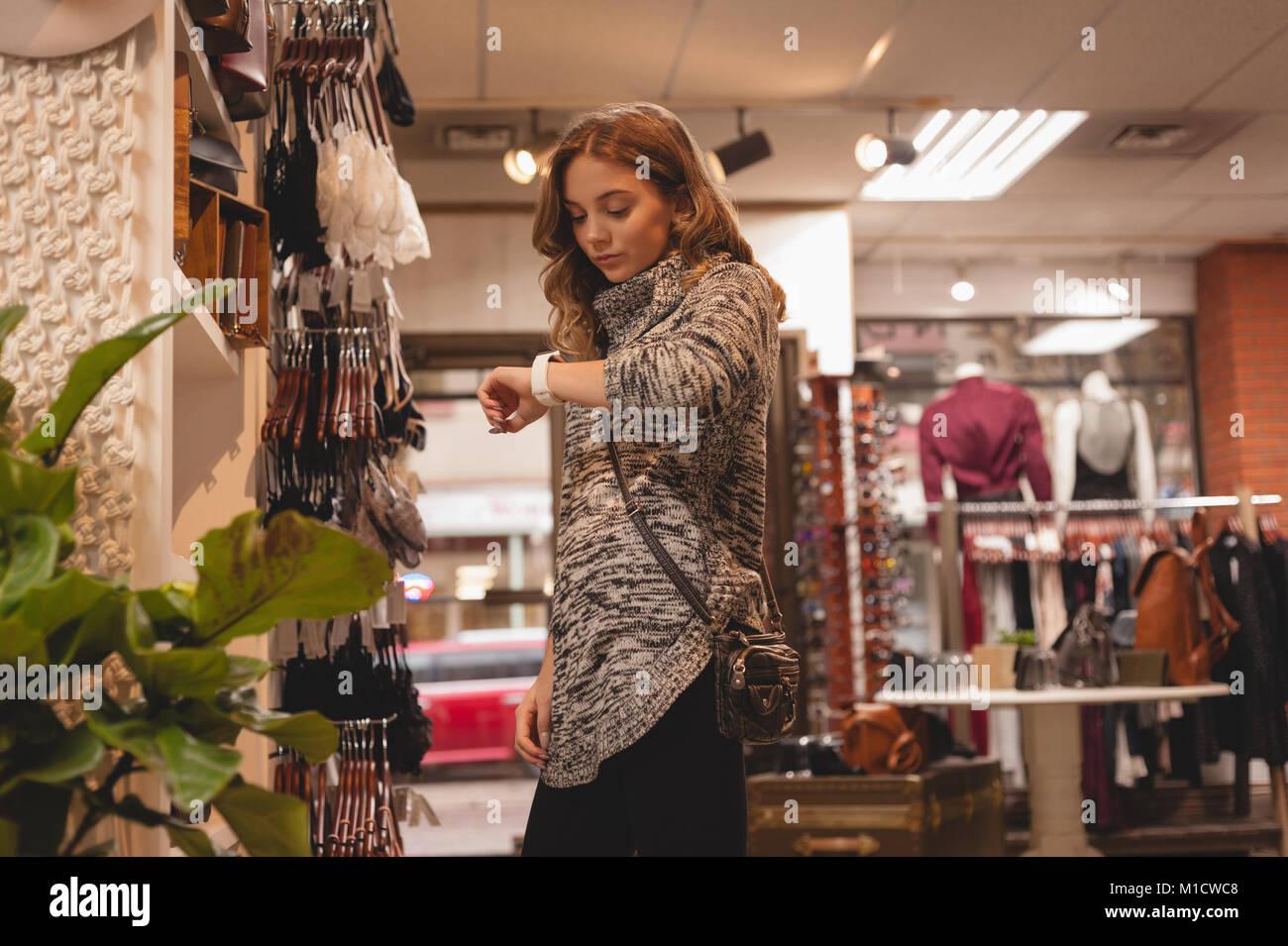 Donna controllo fuori tempo su smartwatch Immagini Stock