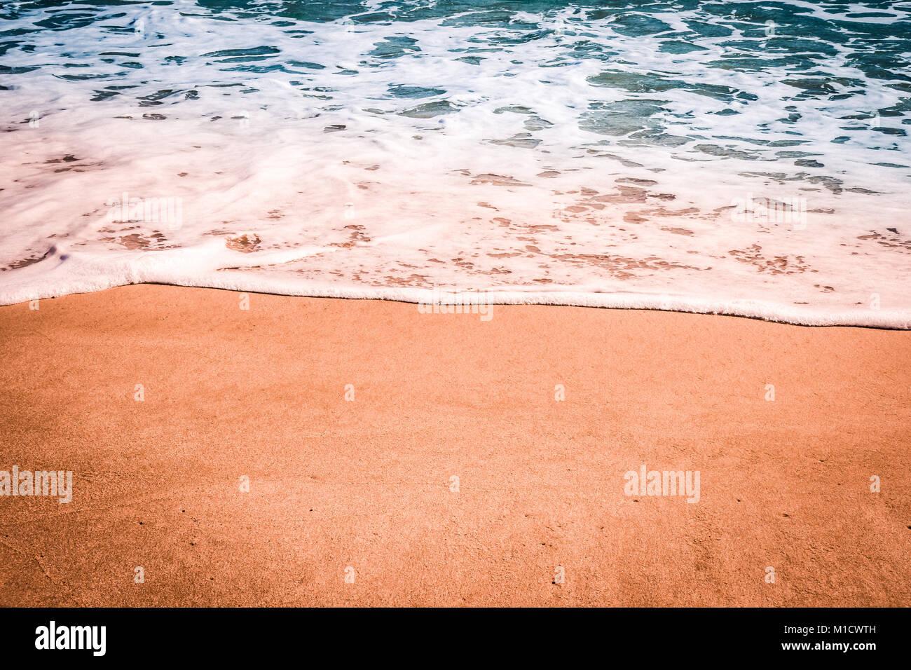 Sullo Sfondo Del Mare Onda Morbida Di Blu Del Mare Sulla Spiaggia