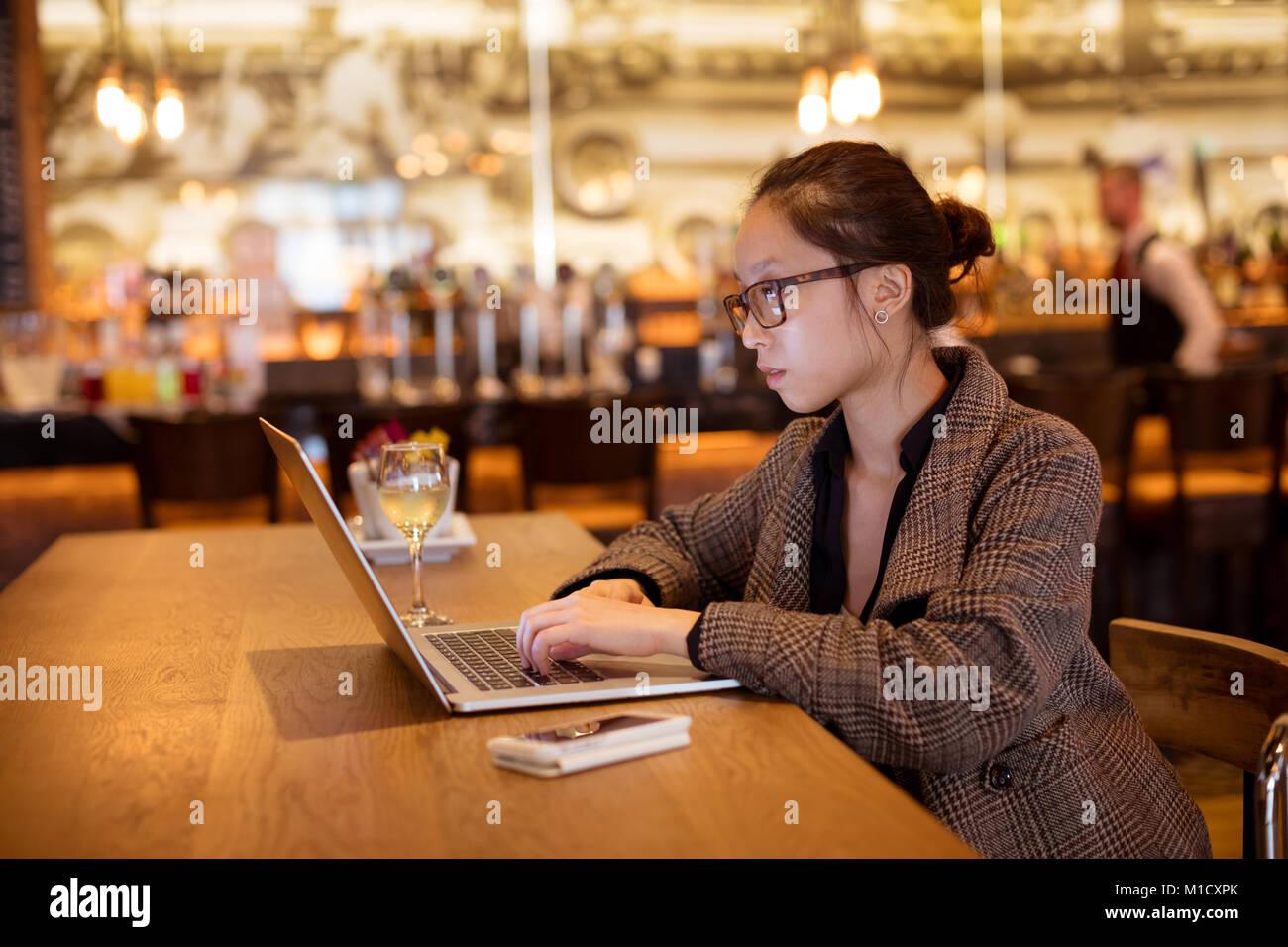Executive femmina utilizzando laptop a tavola Immagini Stock