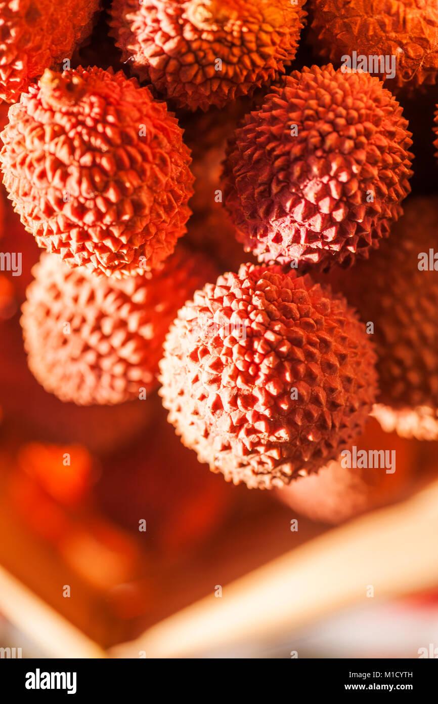 Il Lychee frutti in un cestello in fine di luce del sole. Immagini Stock