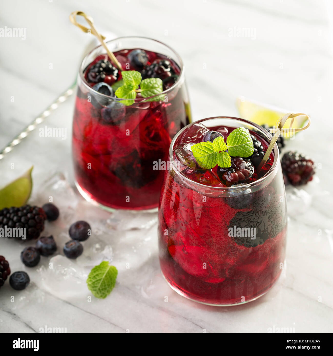 Estate berry drink con calce Immagini Stock