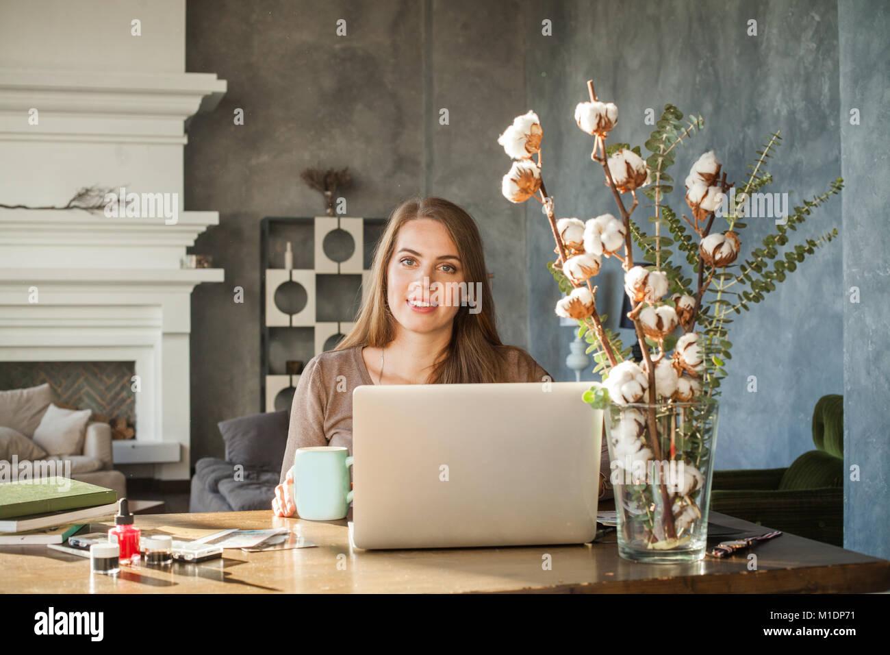 Modello Allegra donna tramite il computer. Ritratto di belle sorridenti giovane donna con il computer portatile Immagini Stock