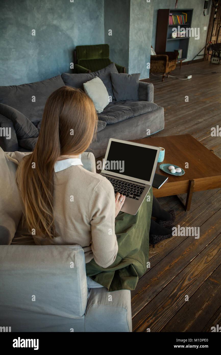 Schermo portatile con spazio di copia e la femmina torna su sfondo Immagini Stock