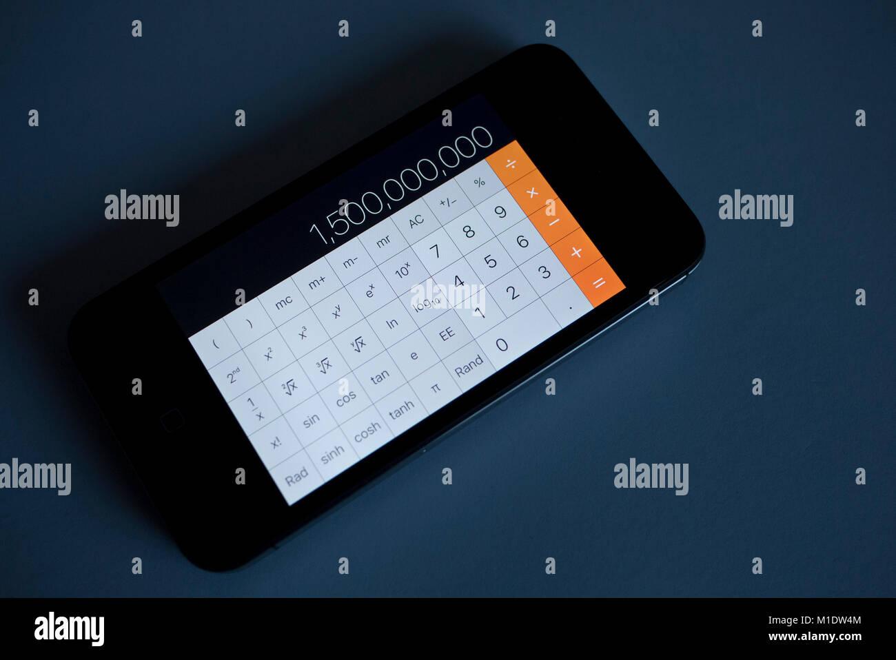 I Phone 4s che mostra la calcolatrice, UK. Immagini Stock