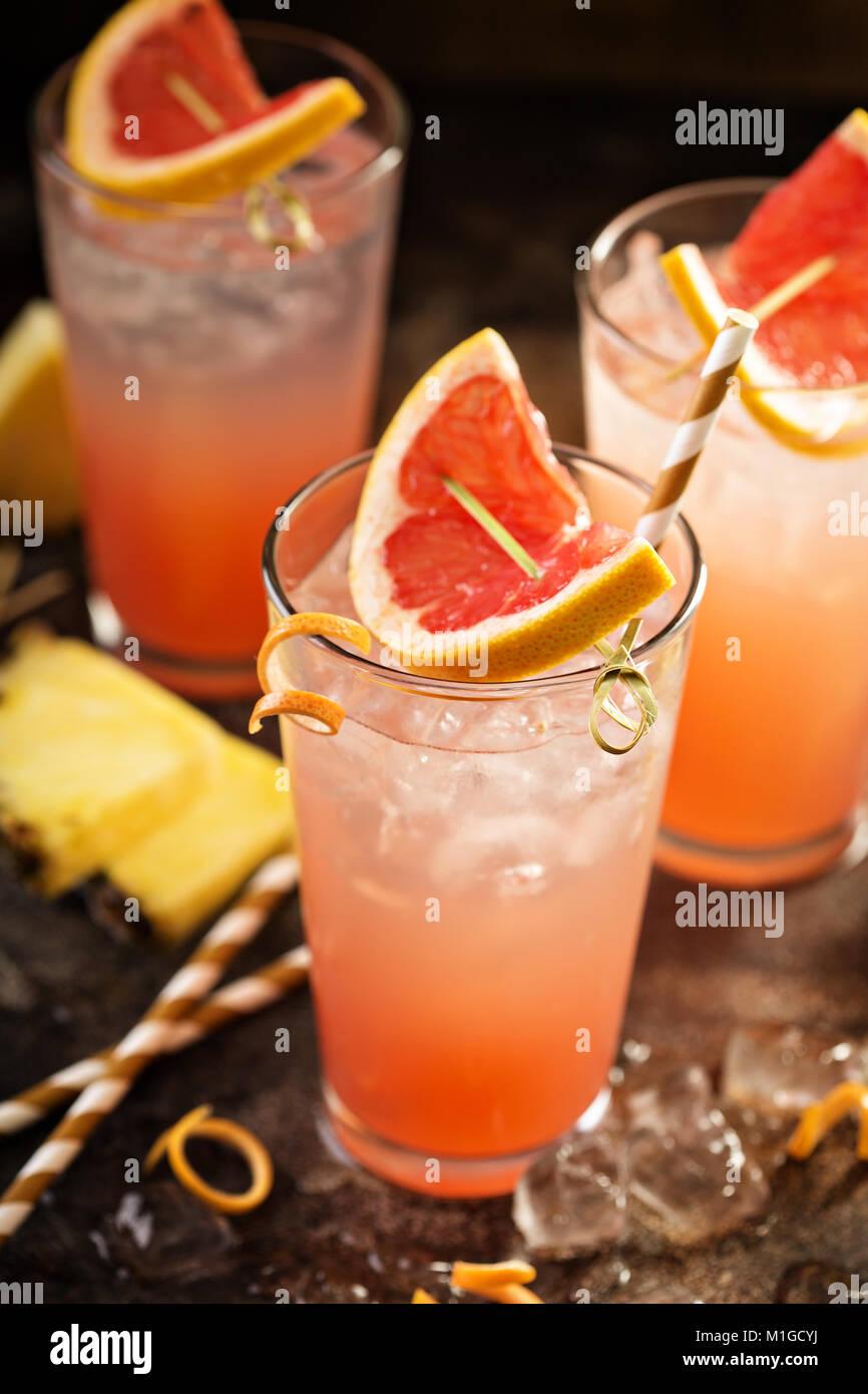 Pompelmo e ananas o cocktail, mocktail rinfrescanti drink con acqua frizzante Immagini Stock