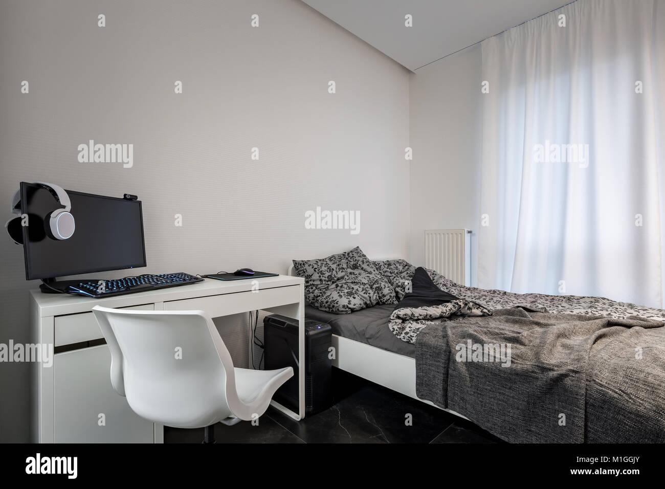 Camere Da Letto Singolo.Camera Da Letto Con Letto Singolo Bianco Scrivania E Sedia Foto