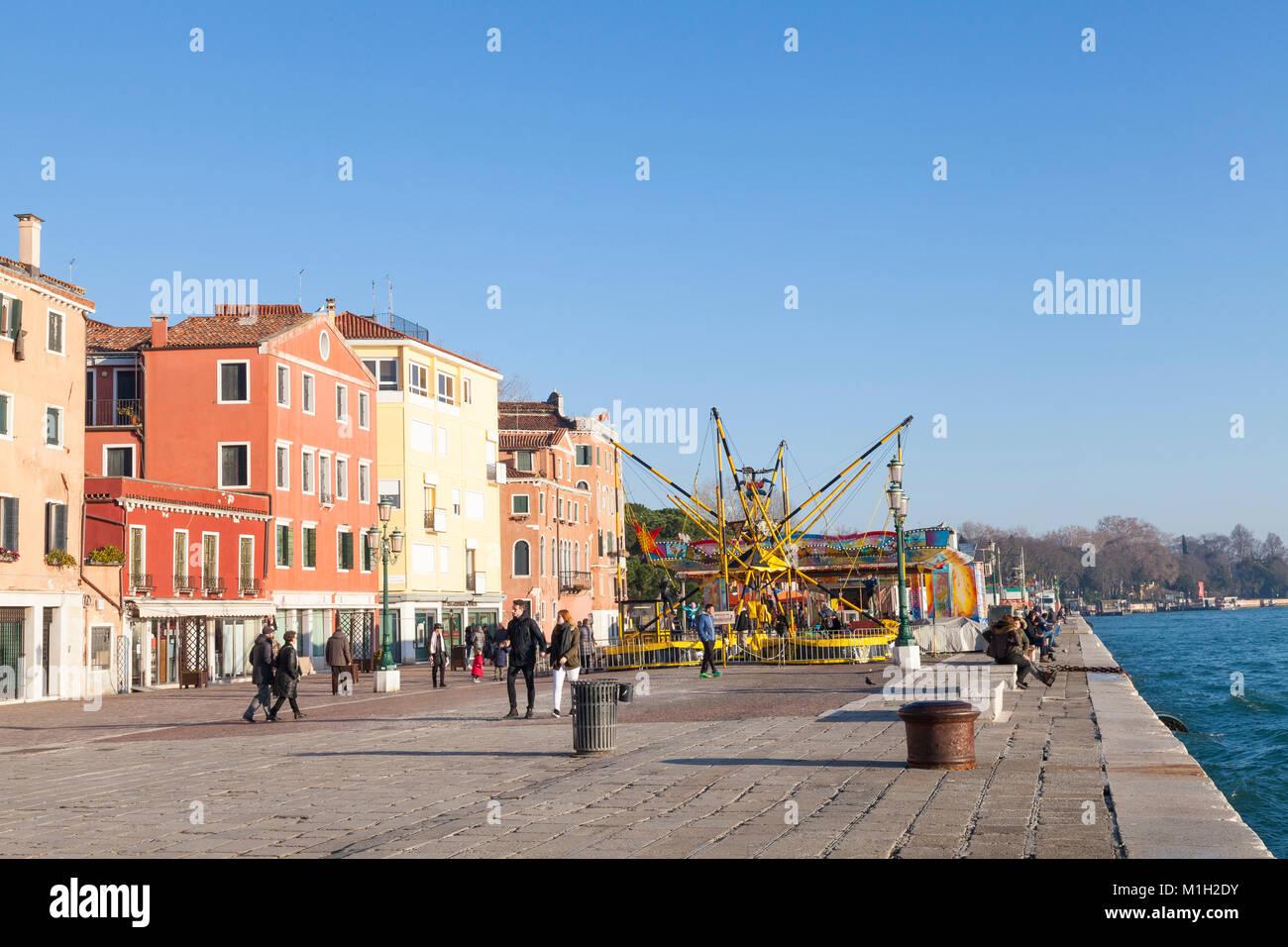Parco di divertimenti stagionale sulla Riva dei Sette Martiri, Castello, Venezia, Italia al crepuscolo con bambini Immagini Stock