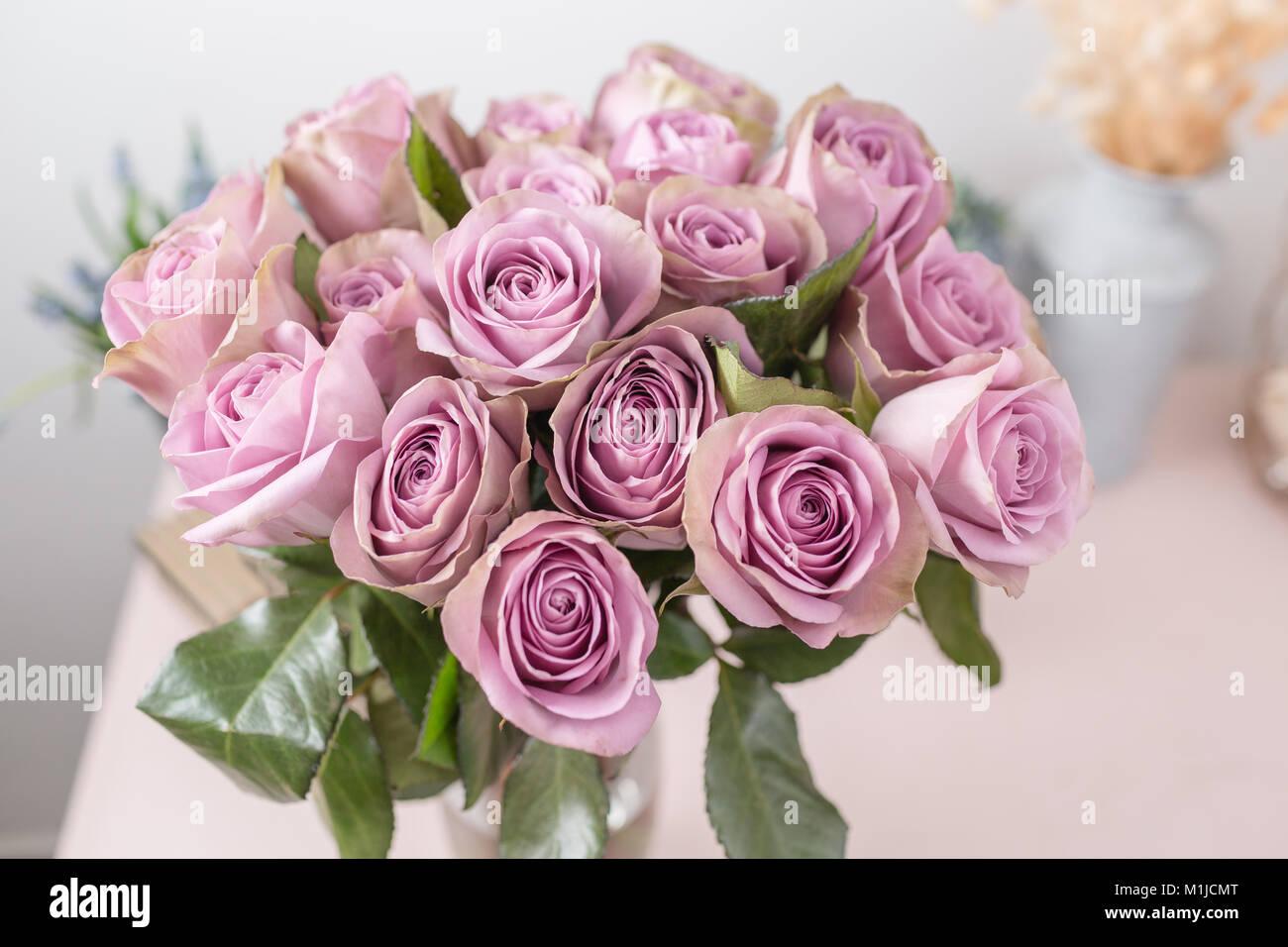 Mazzo Di Fiori Shabby.Giardino Lilla Rosa Mazzo Di Fiori Di Rose In Vaso Di Vetro